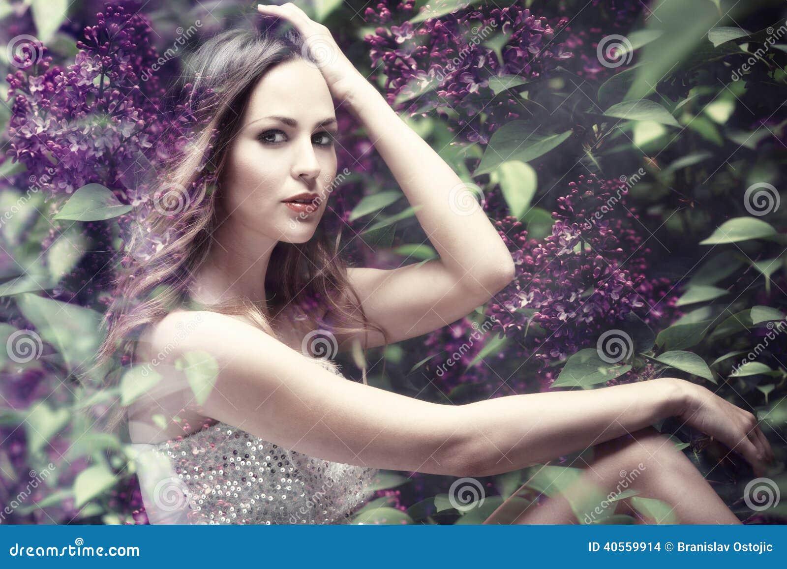 在淡紫色花的森林若虫,综合照片.图片