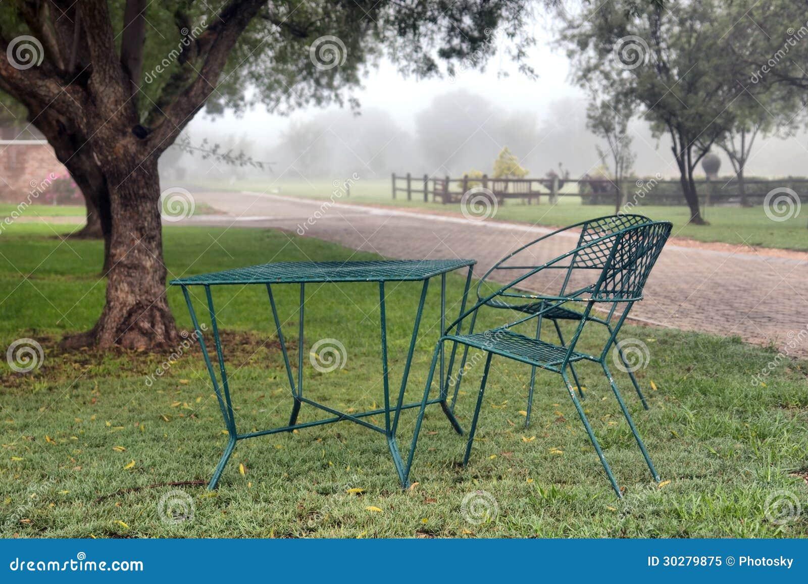 椅子在阴暗天的公园