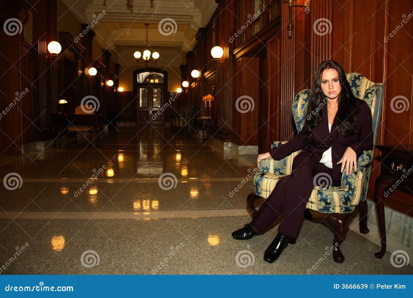 椅子坐的妇女