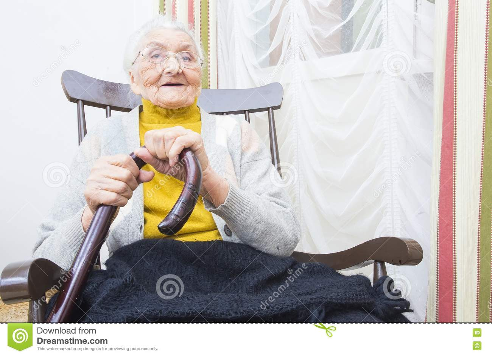 椅子微笑的祖母