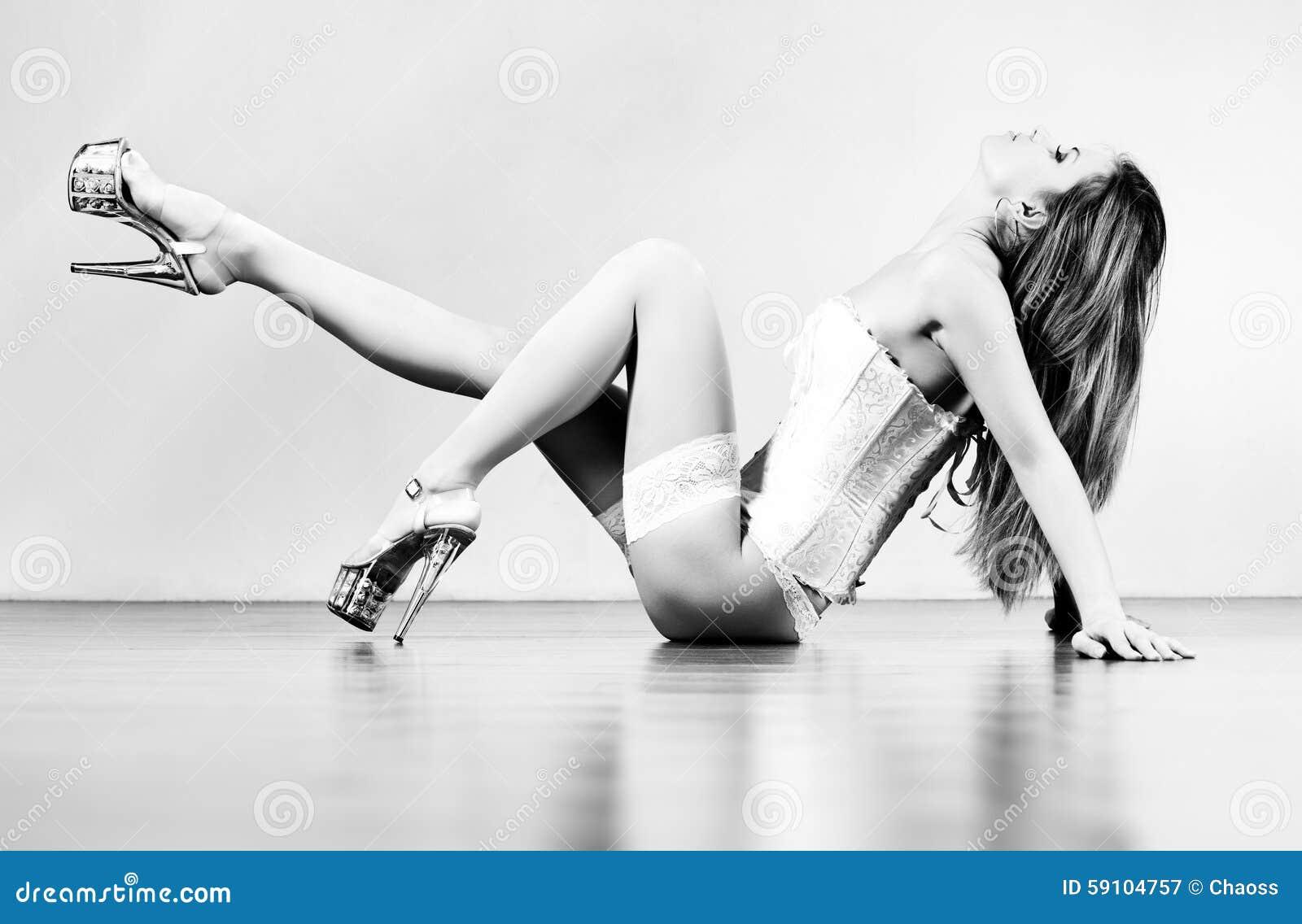 楼层性感的舒展的妇女年轻人