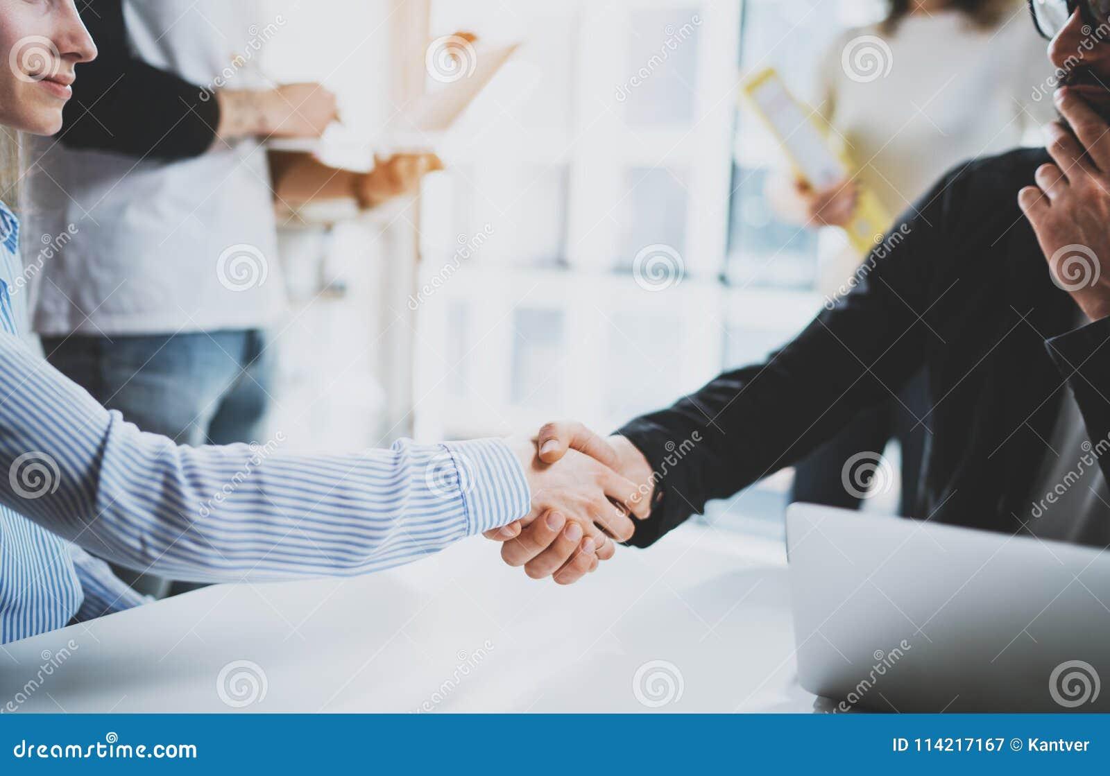 概念两工友握手过程 企业合作握手 在巨大会议以后的成功的成交在晴朗