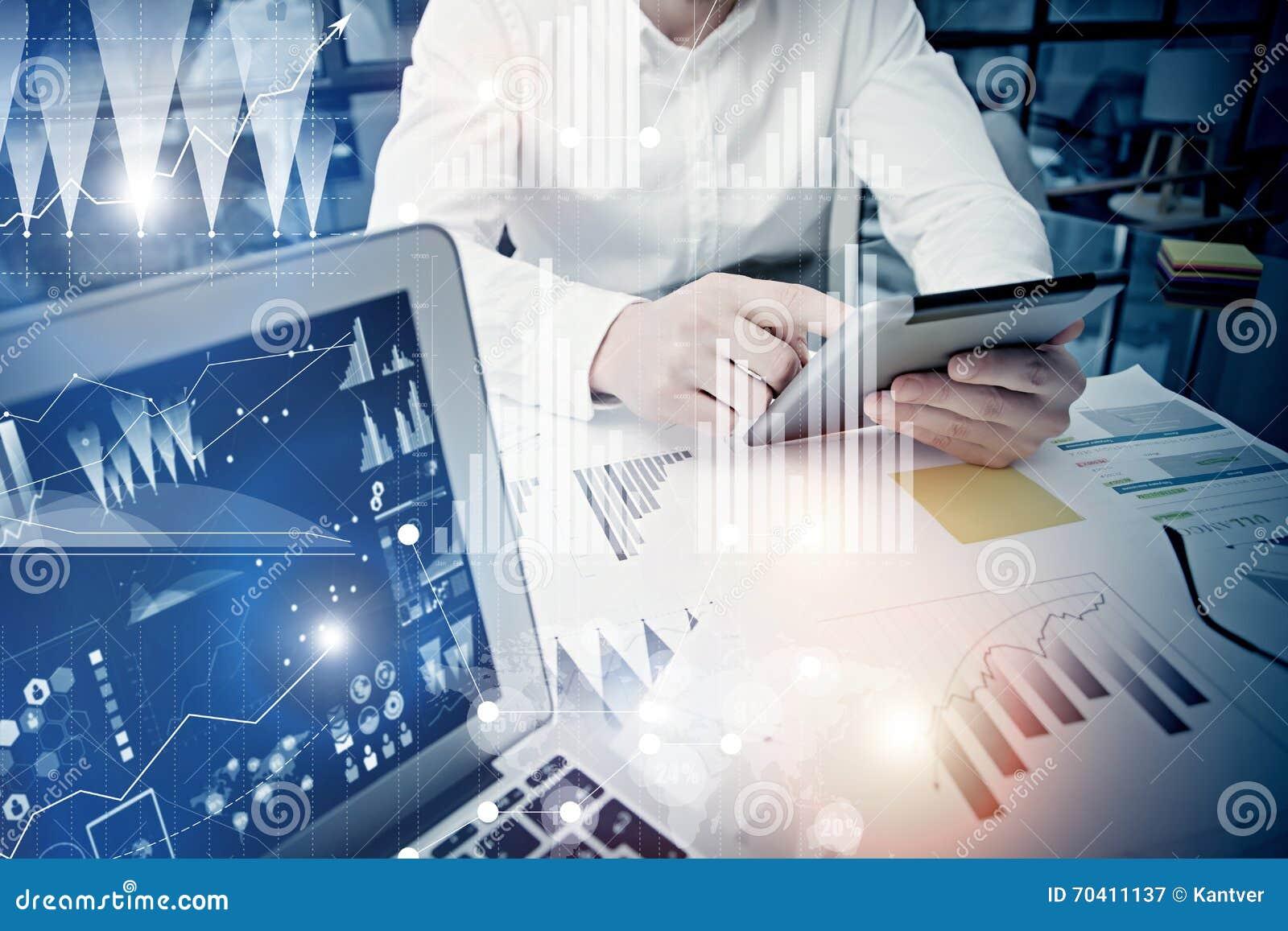 概念商人感人的现代片剂屏幕 工作新的私人银行业项目办公室的贸易商经理 使用