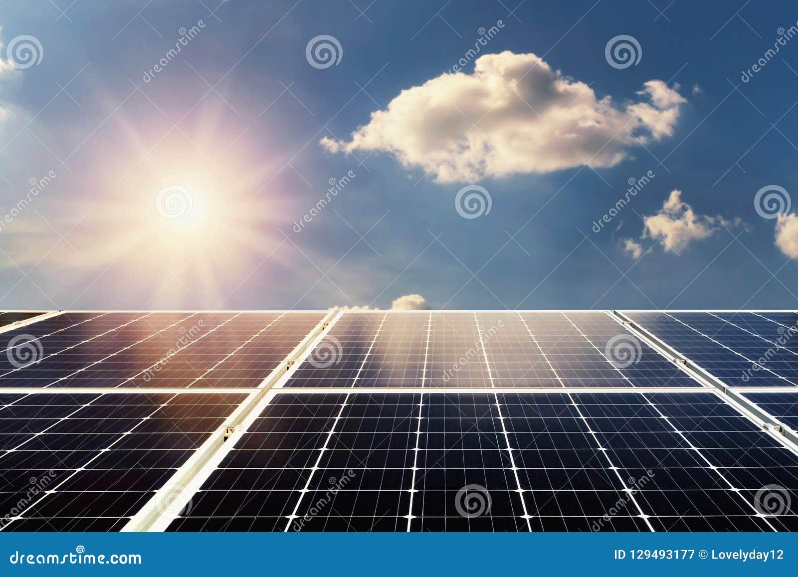 概念归零电源能量 太阳电池板和阳光与蓝色s