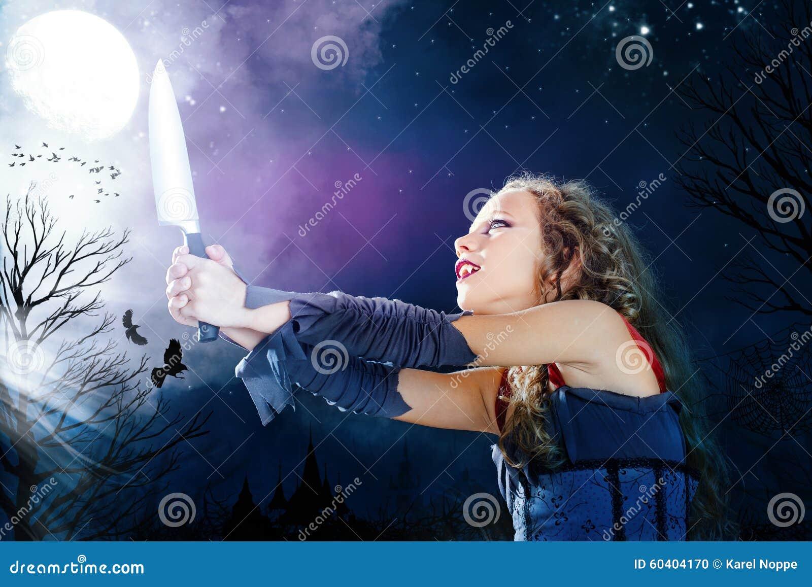 概念性疯狂的被困扰的女孩在万圣夜