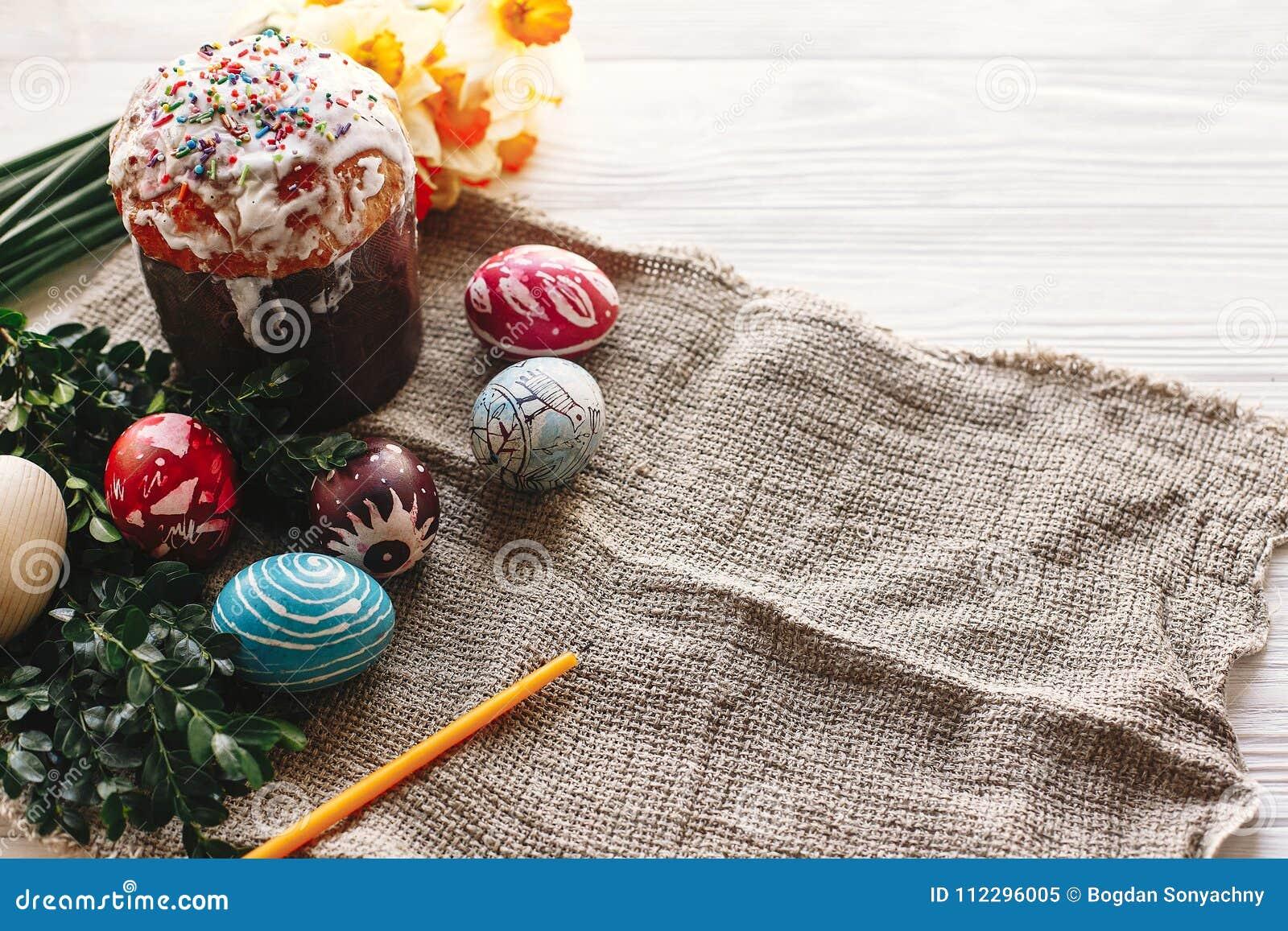 概念愉快的复活节 时髦的被绘的鸡蛋和复活节在wh结块