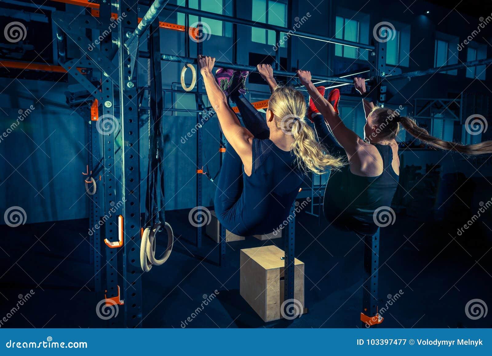 概念:力量,力量,健康生活方式,体育 CrossFit健身房的强有力的可爱的肌肉妇女