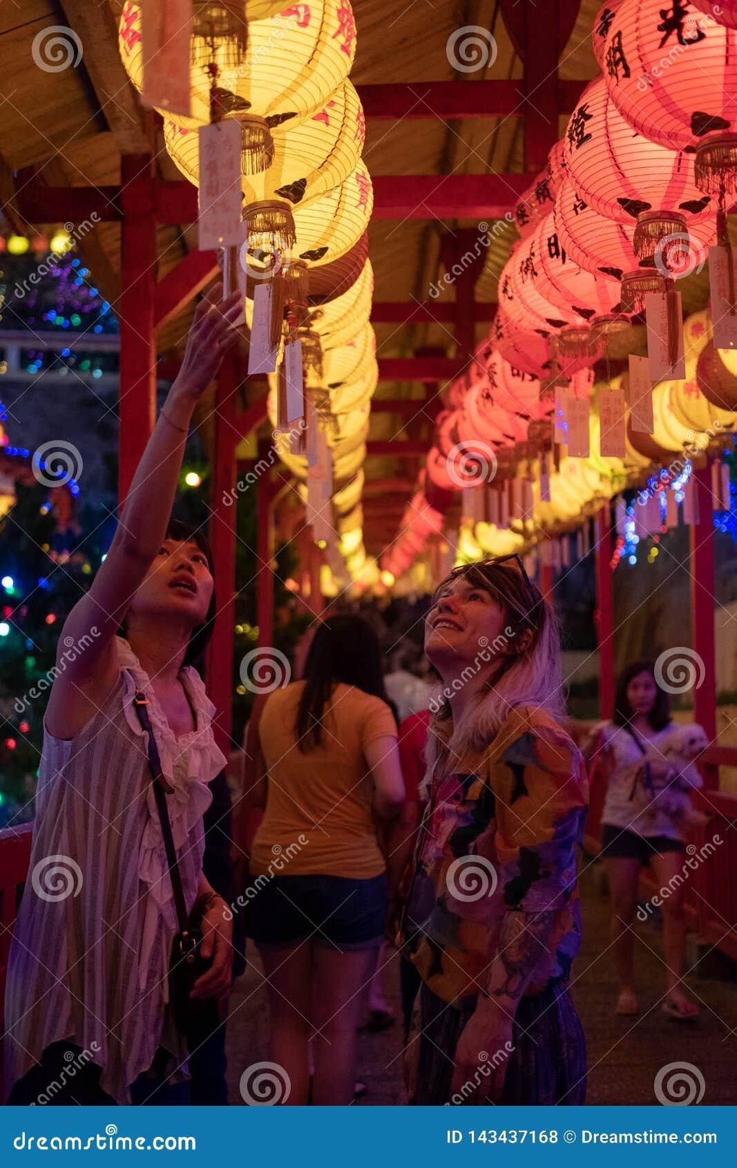 槟榔岛,马来西亚- 2019年3月1日:罪孽惠山在槟城极乐寺显示Stacie Yokiel农历新年灯笼的意义