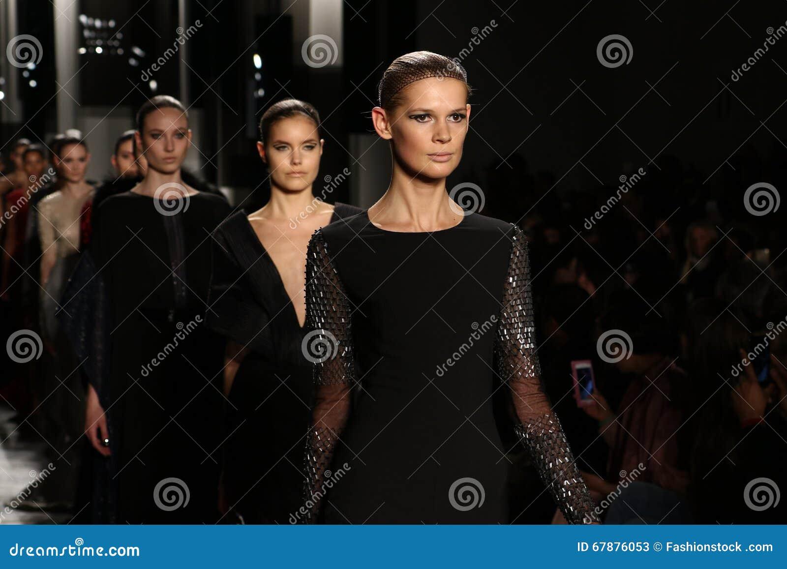 模型步行在Pamella罗兰特时装表演的跑道结局