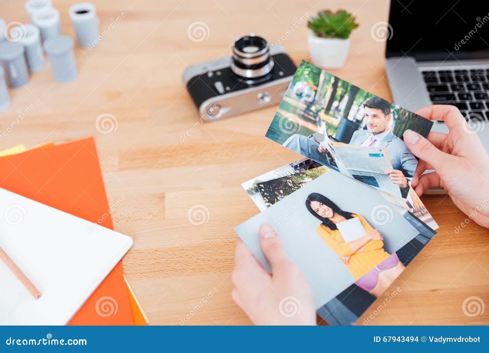 模型照片由妇女摄影师holded在桌上