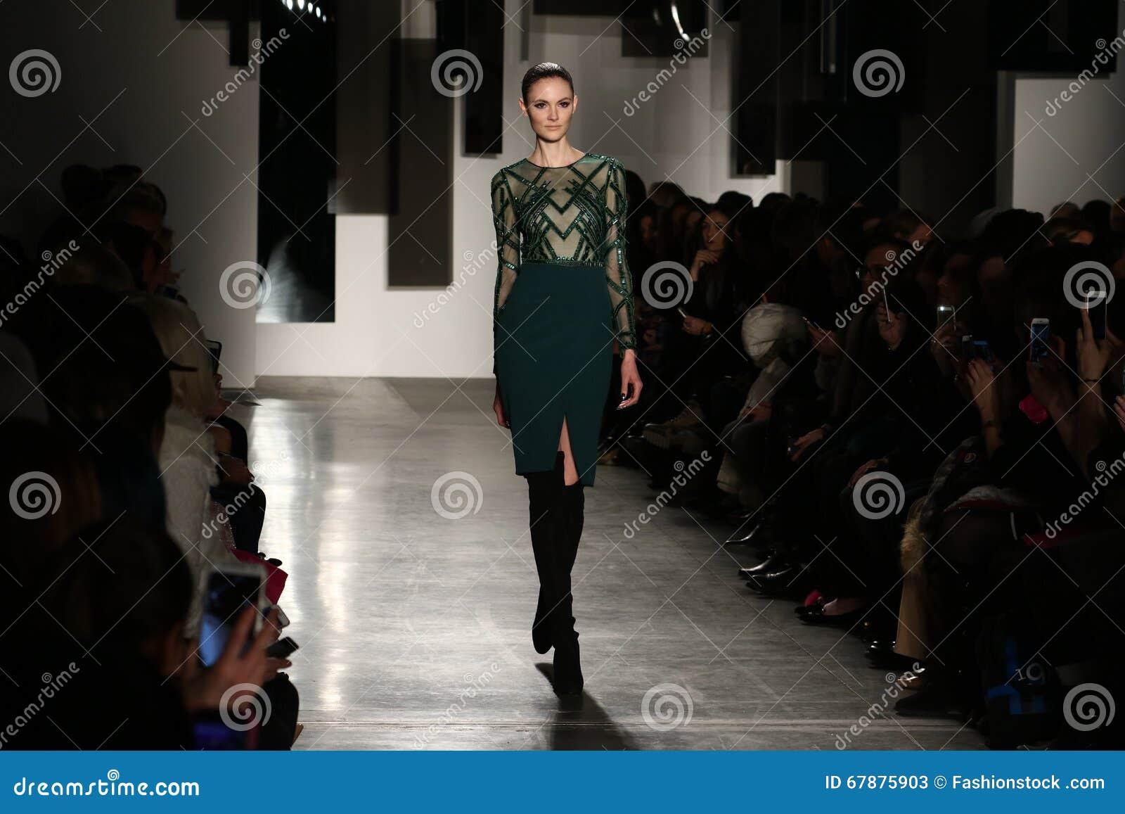 模型走跑道在Pamella罗兰特时装表演