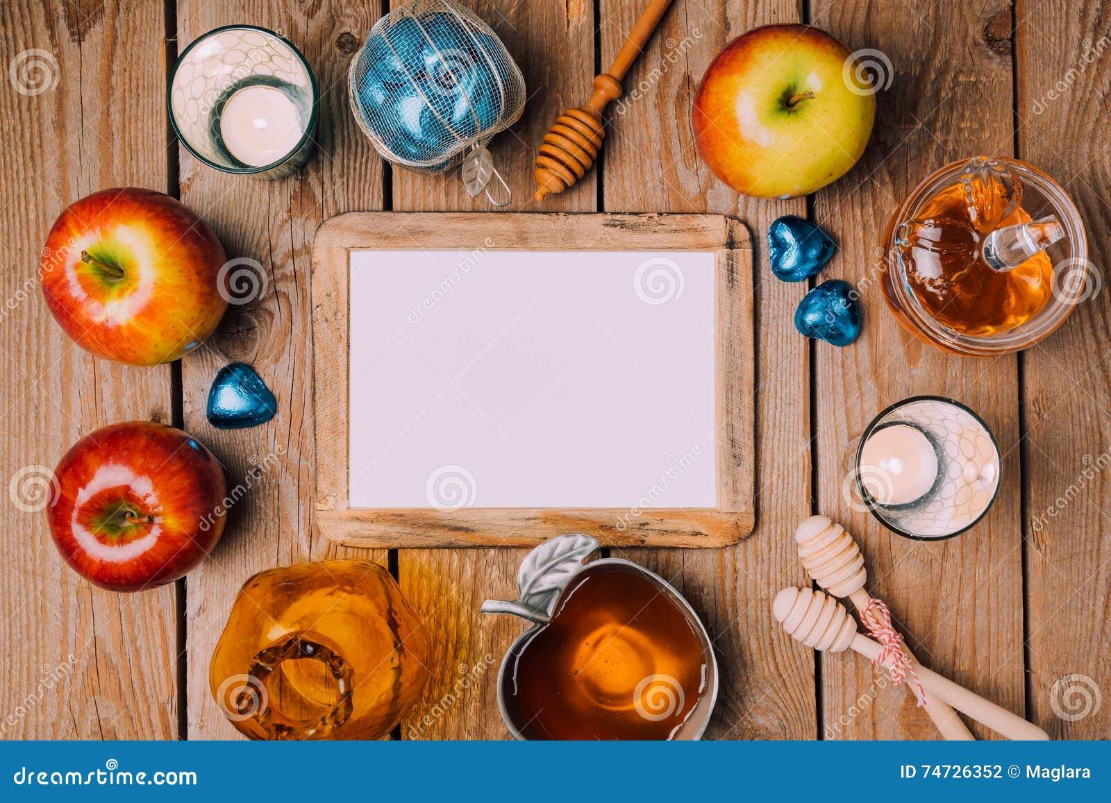 模板的犹太假日Rosh Hashana海报嘲笑用蜂蜜和苹果在木桌上 在视图之上