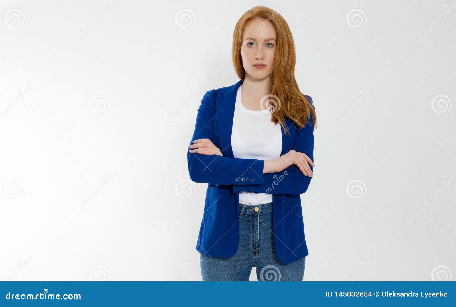 模板空白白色T恤杉和时髦的夹克的愉快的红发女商人在灰色背景 自已事业
