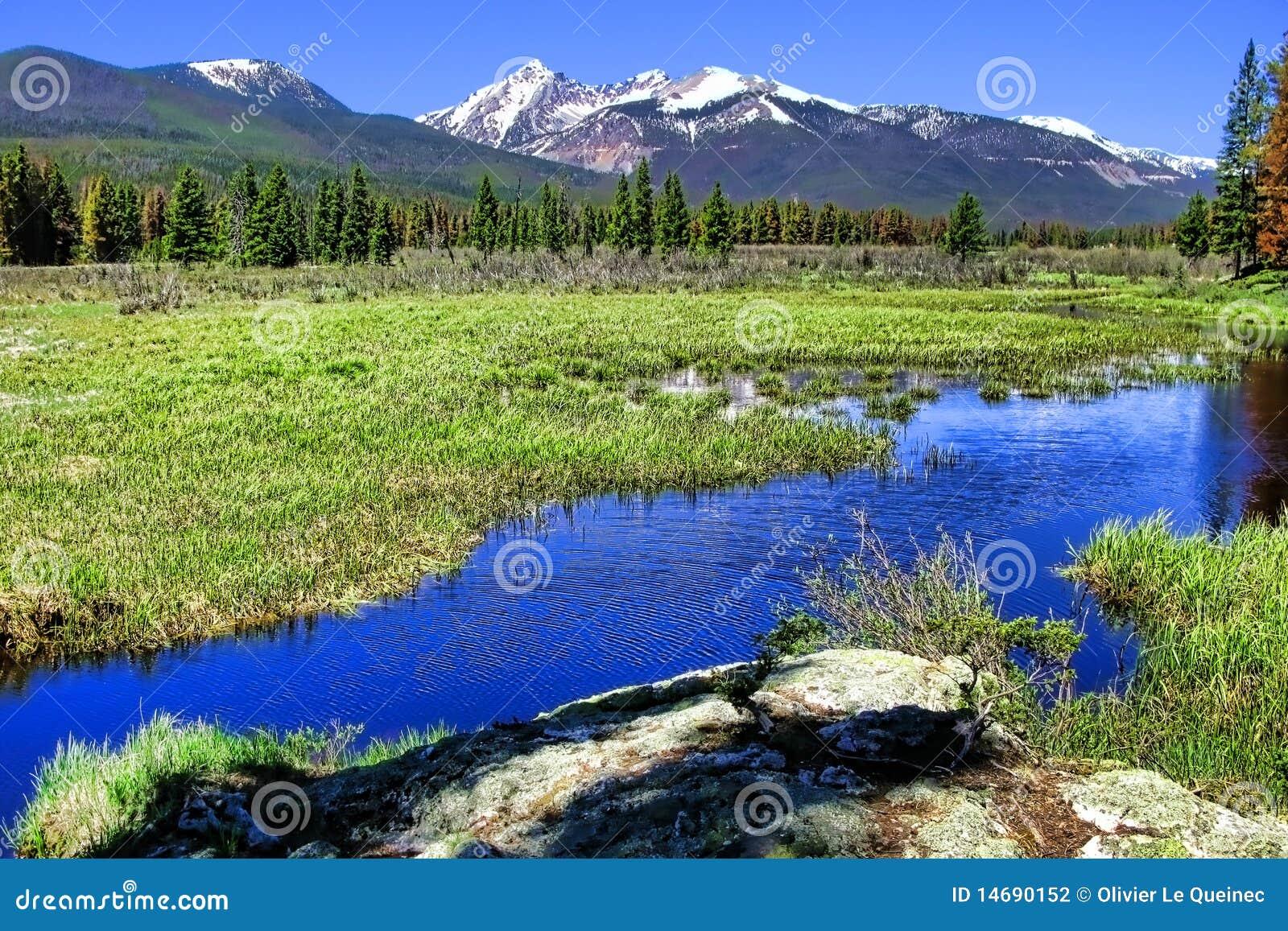 横向山全景河岩石风景