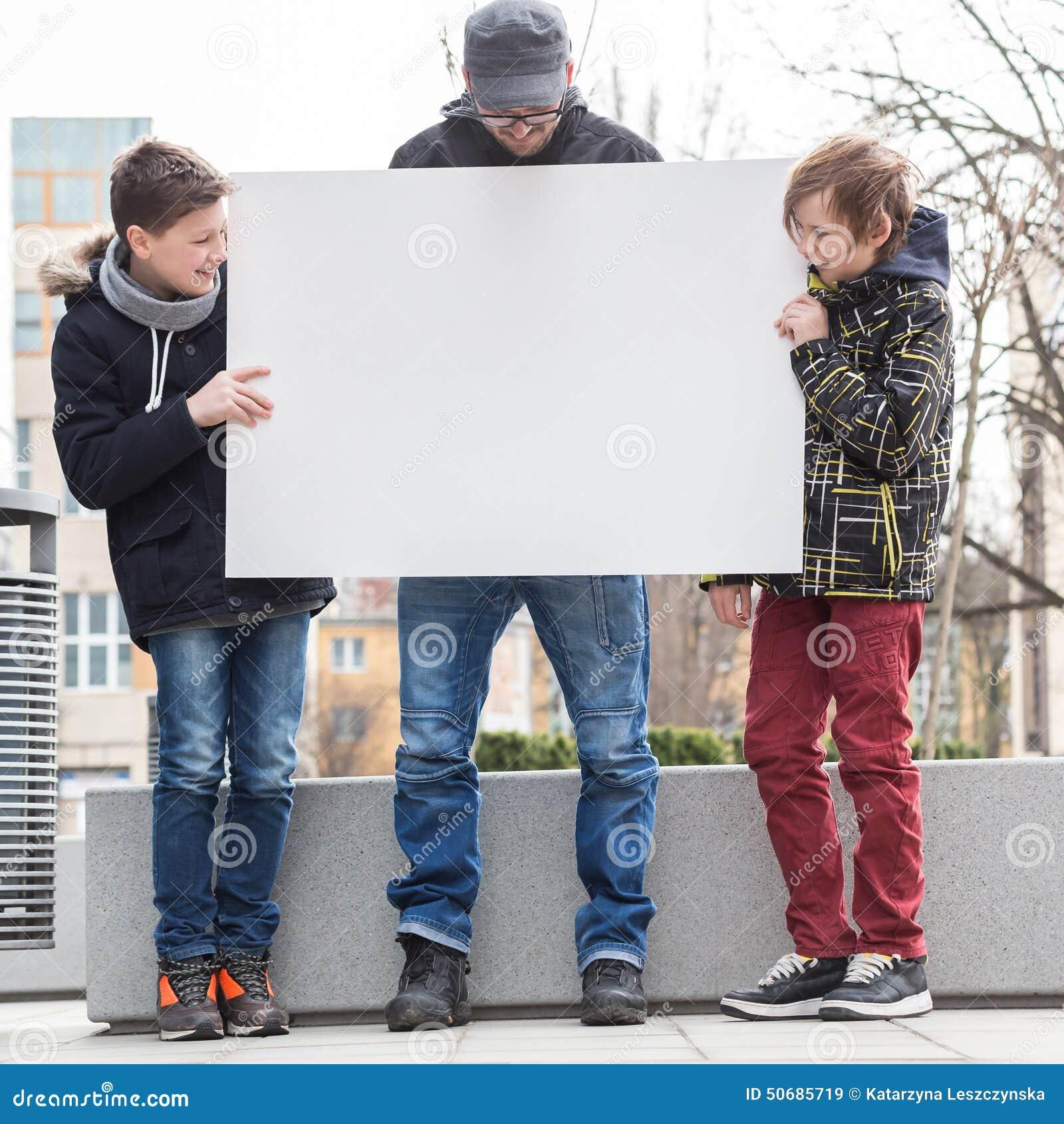 Download 横幅朋友愉快的陈列白色 库存图片. 图片 包括有 登广告者做广告, 童年, 关系, 系列, 藏品, 父亲 - 50685719