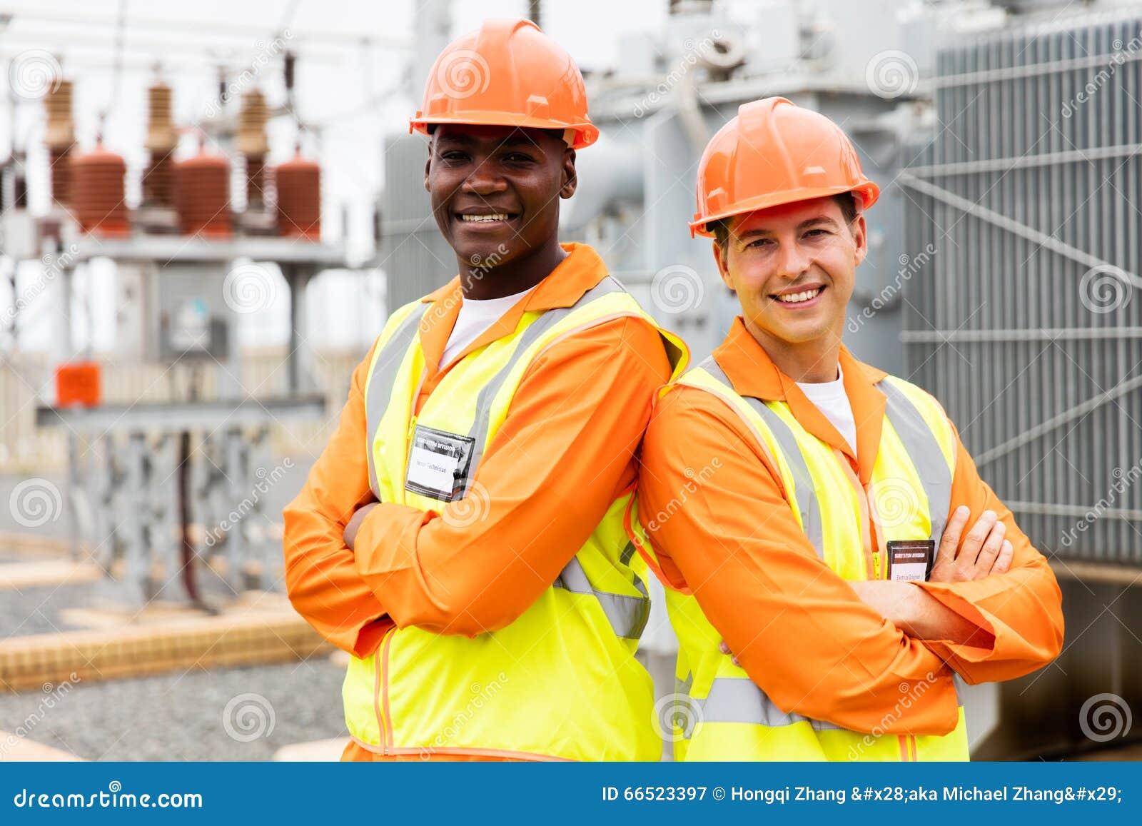 横渡的电机工程师胳膊