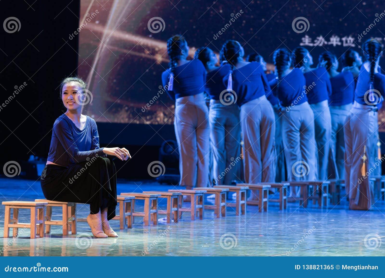 横渡舞蹈Departmen的河4中国民间舞蹈毕业展示戴妇女