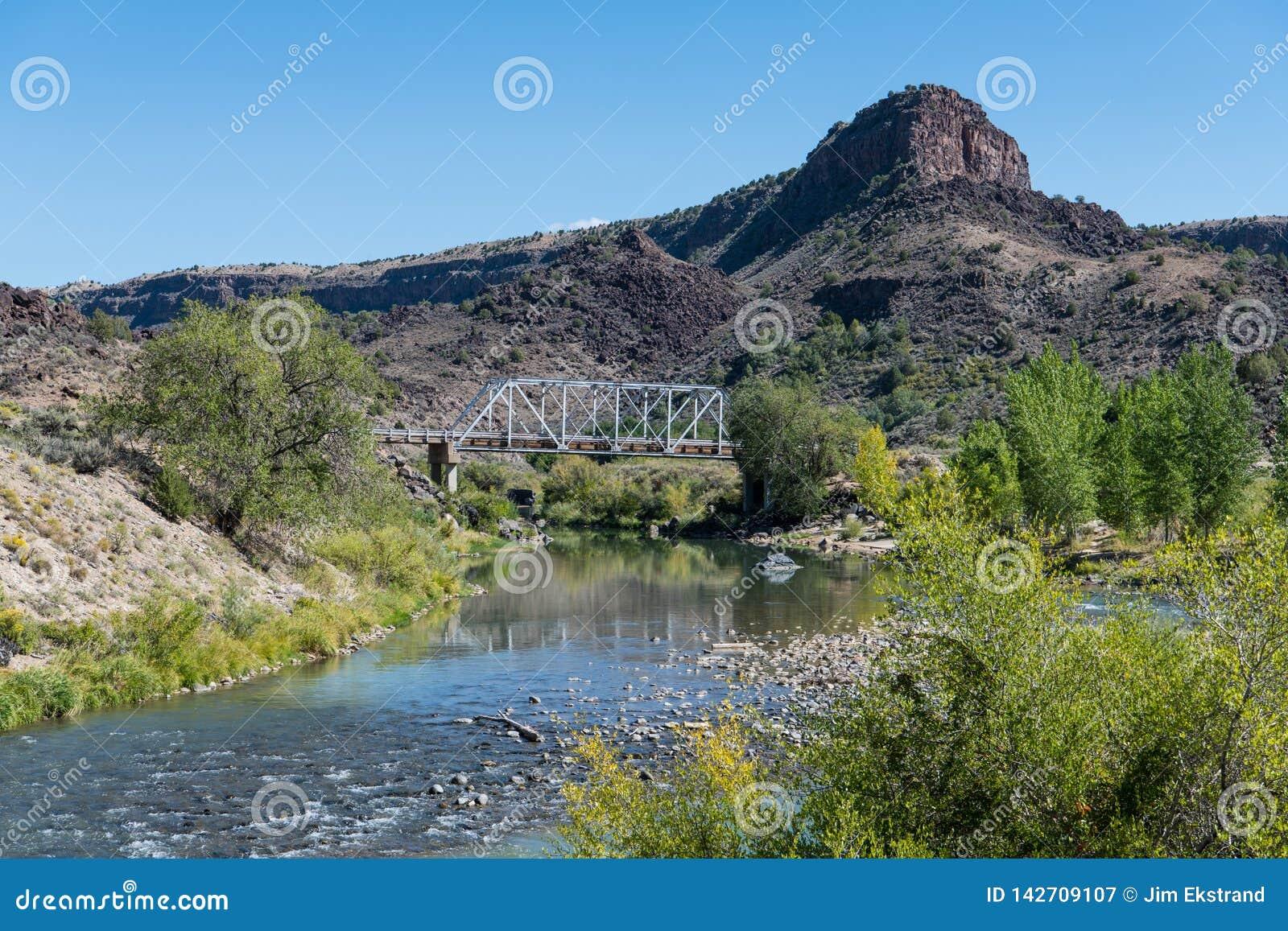 横渡里约格朗德河的老钢桥梁在Taos,新墨西哥附近