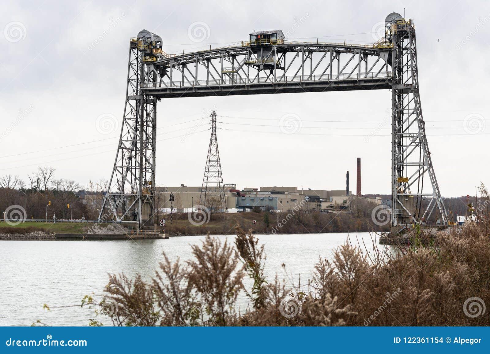 横跨一条大运河的老垂直的升降吊桥在秋天