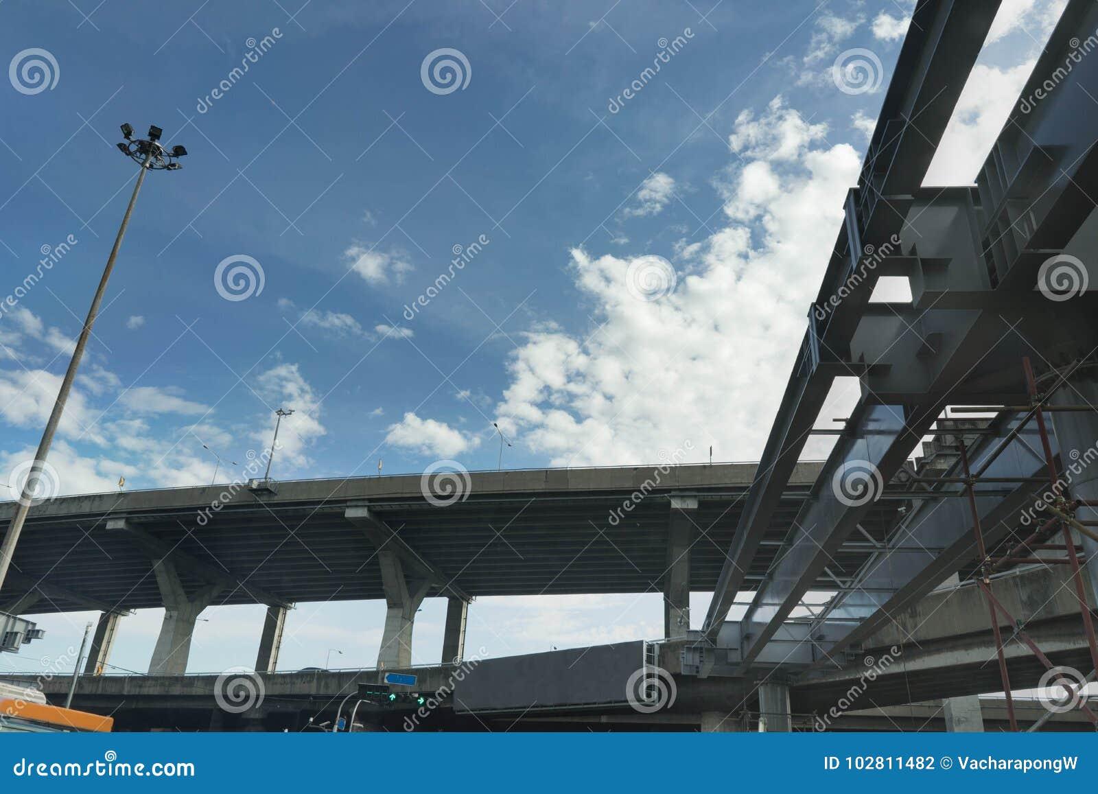 横跨发怒路的高速公路明确方式天桥underconstruction在蓝天后面地面的泰国城市