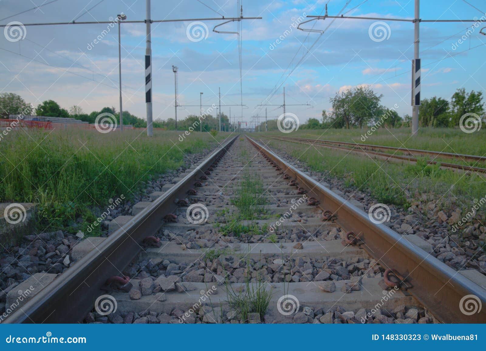 横跨意大利乡下的铁路轨道
