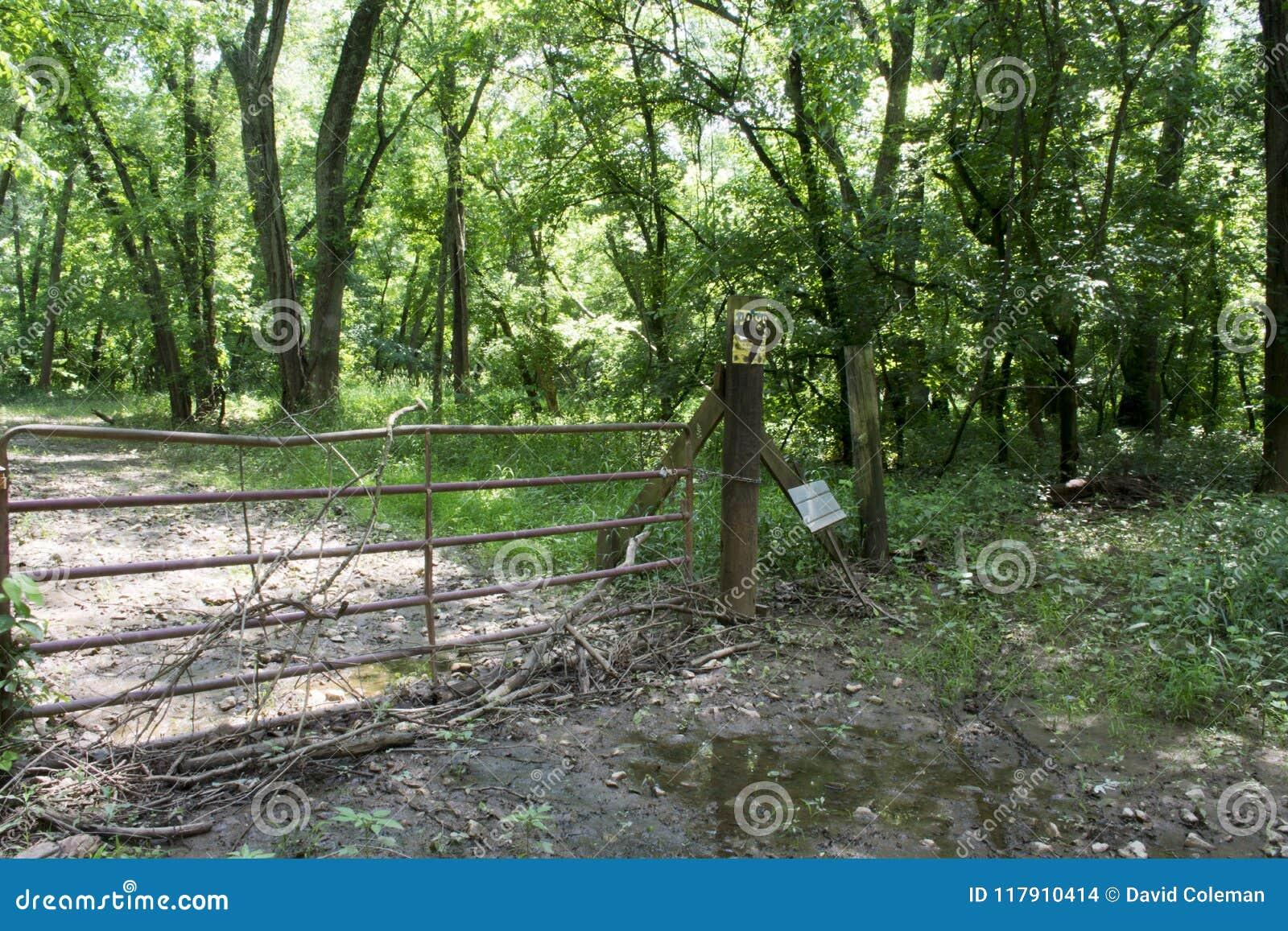 横跨未使用的路的门