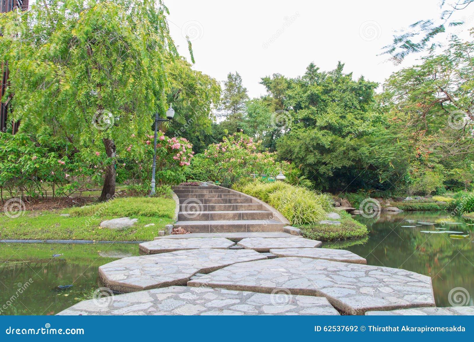 横跨湖的美丽的石桥梁在公园