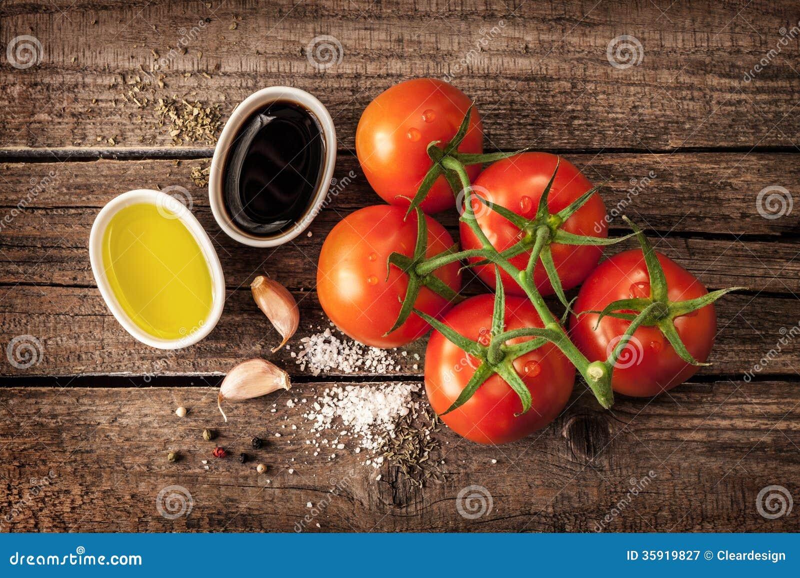 橄榄油、香醋、大蒜、盐和胡椒-香醋选矿