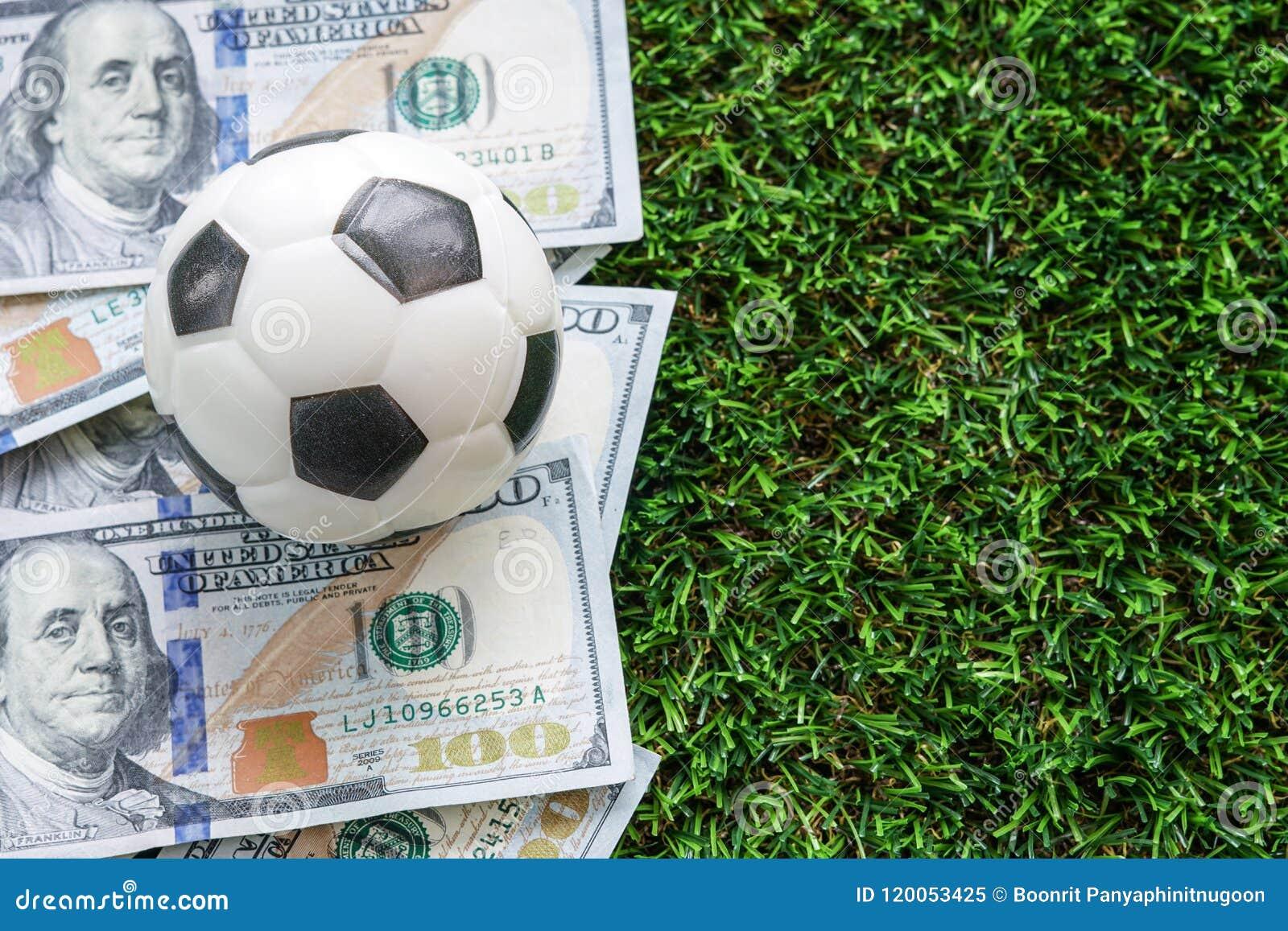 橄榄球企业概念:在美金和绿色的一fooball