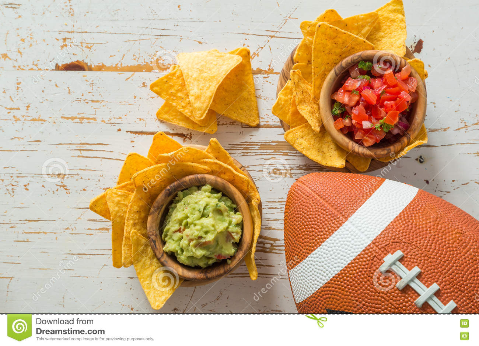 橄榄球党食物,超级杯天,烤干酪辣味玉米片辣调味汁鳄梨调味酱捣碎的鳄梨酱