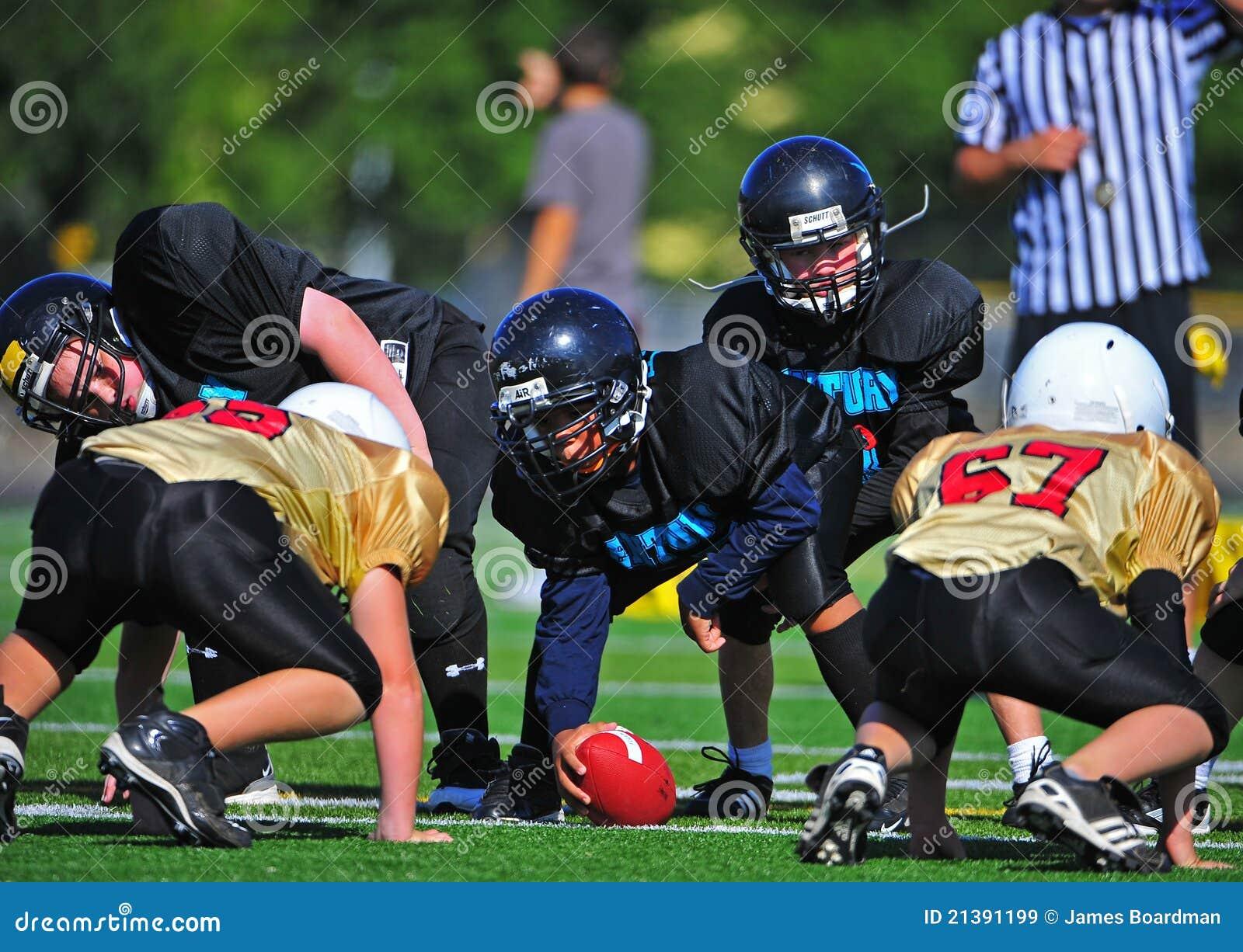 橄榄球线路准备好的并列争球青年时&#