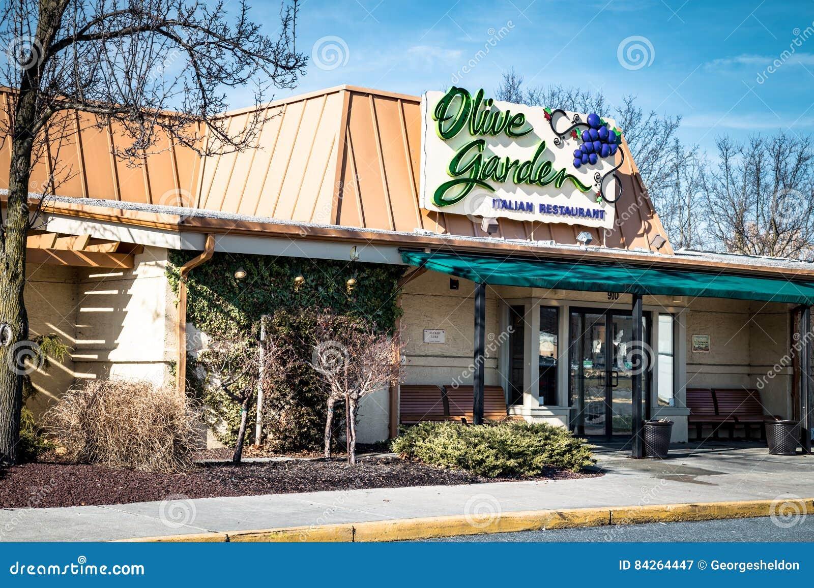 橄榄色的庭院意大利厨房餐馆外部入口