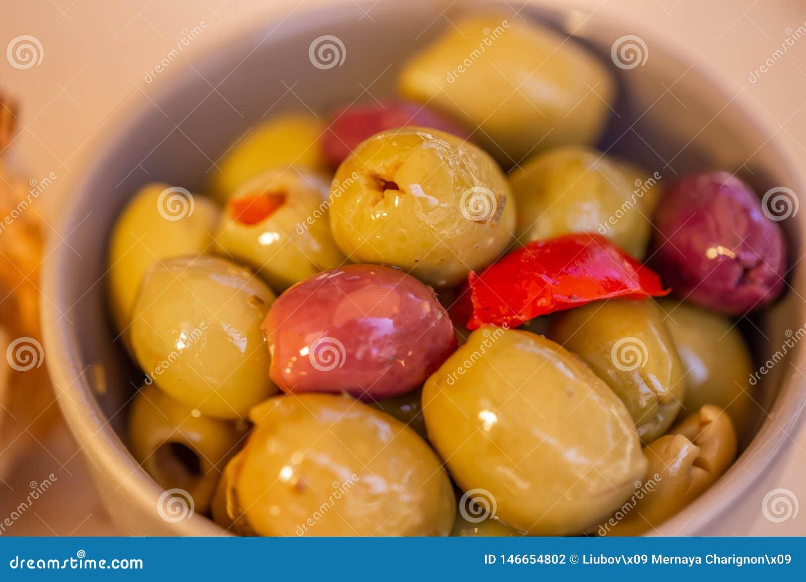 橄榄被充塞的,草本红辣椒和香料