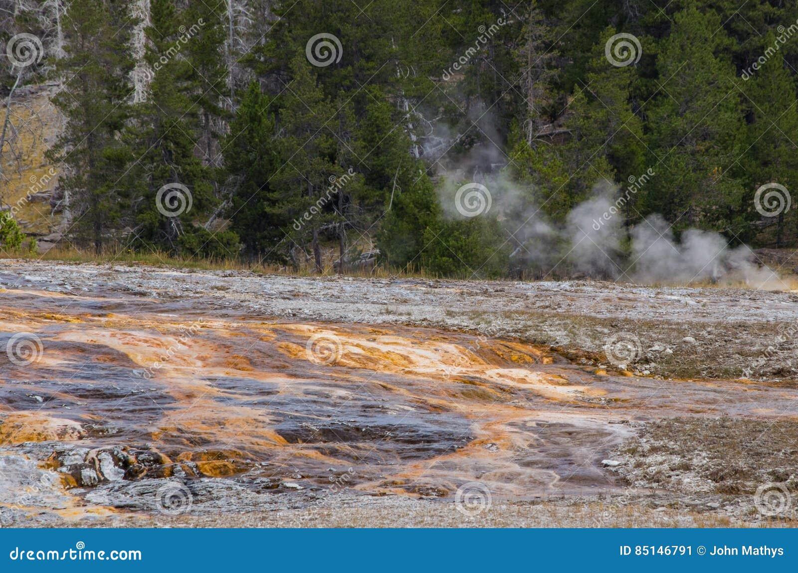 橙色条纹和硫磺在黄石国家公园
