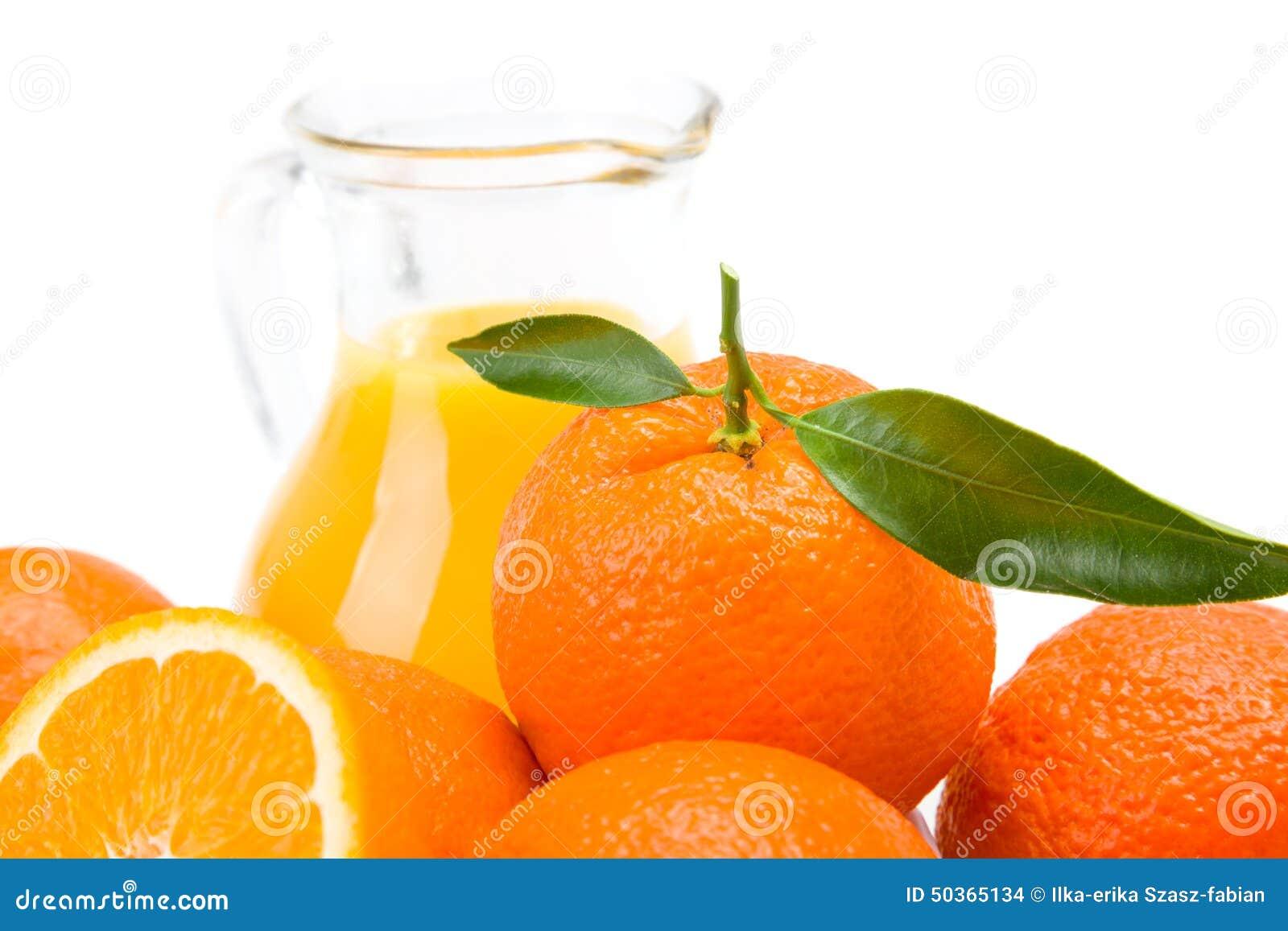 橙色果子和水罐新鲜的汁液