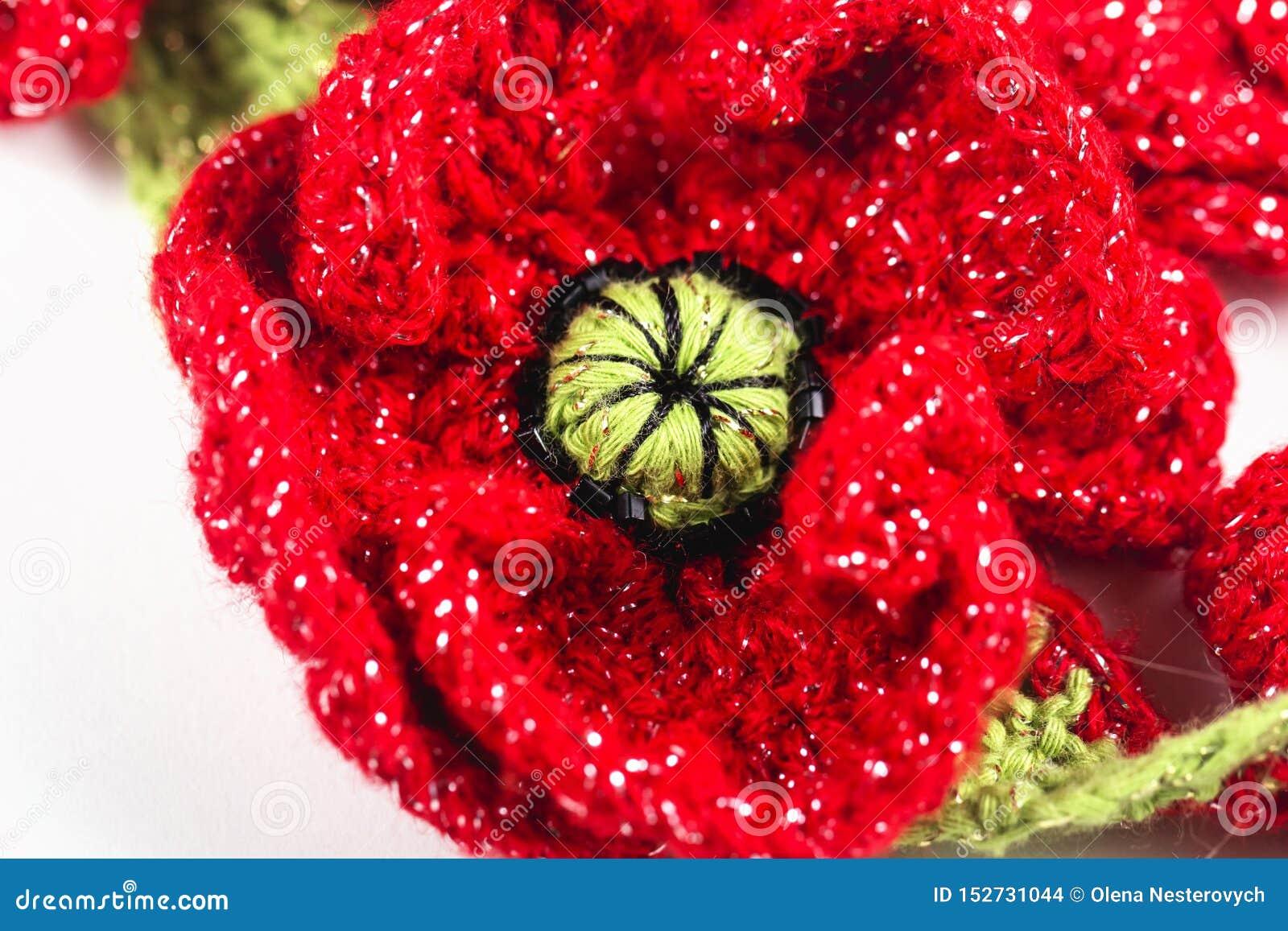 欢乐手工制造钩针编织的红色花,丝带,玫瑰,在白色背景的鸦片构成 生日,母亲的,华伦泰,
