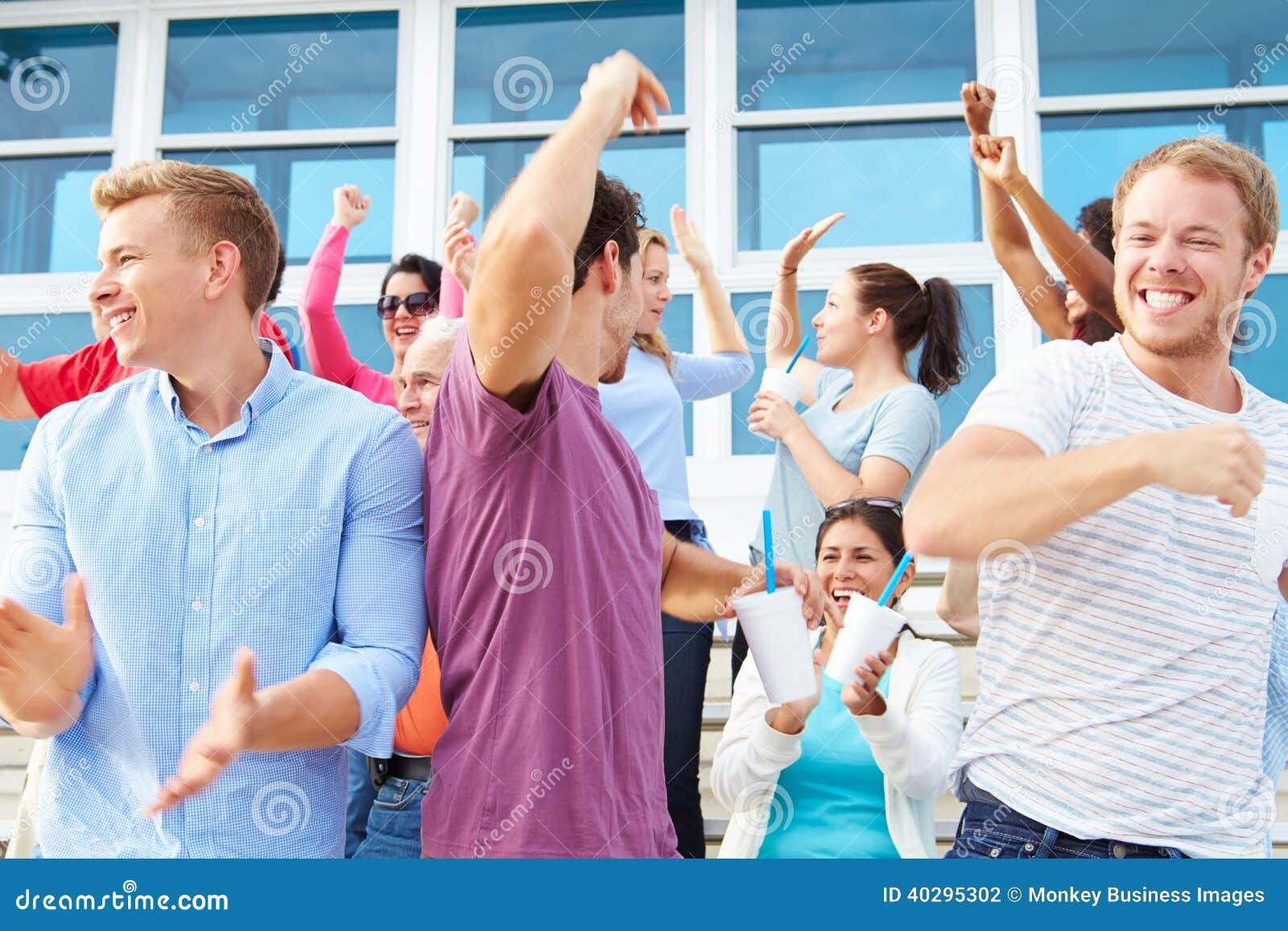 欢呼在户外运动事件的观众