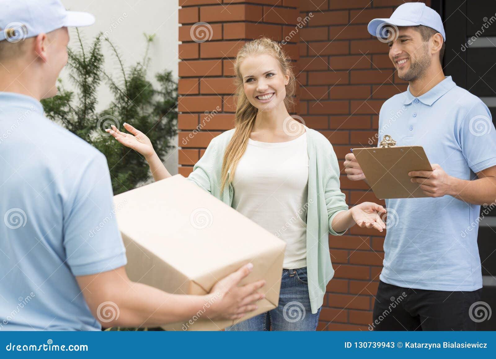 欢迎的妇女与包裹和交货收据的专业传讯者