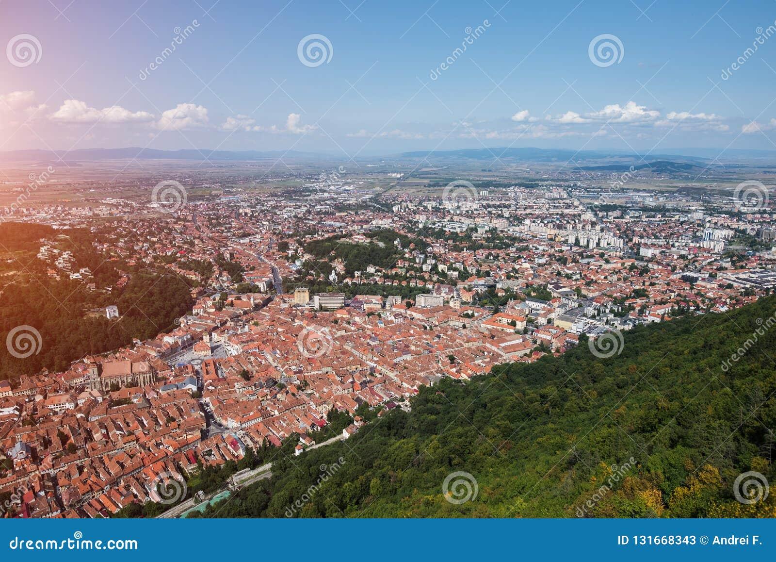 欧洲老城市布拉索夫风景从山峰顶的与阳光的