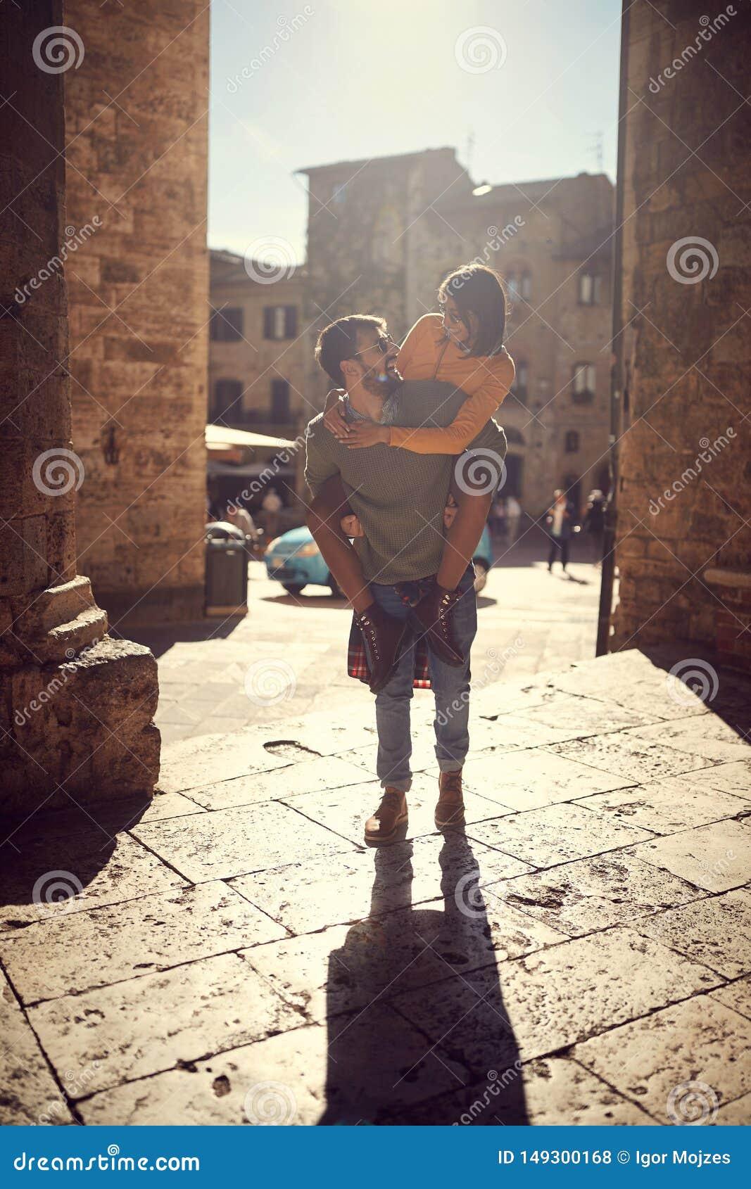 欧洲-旅行游人夫妇,当享用在假期时