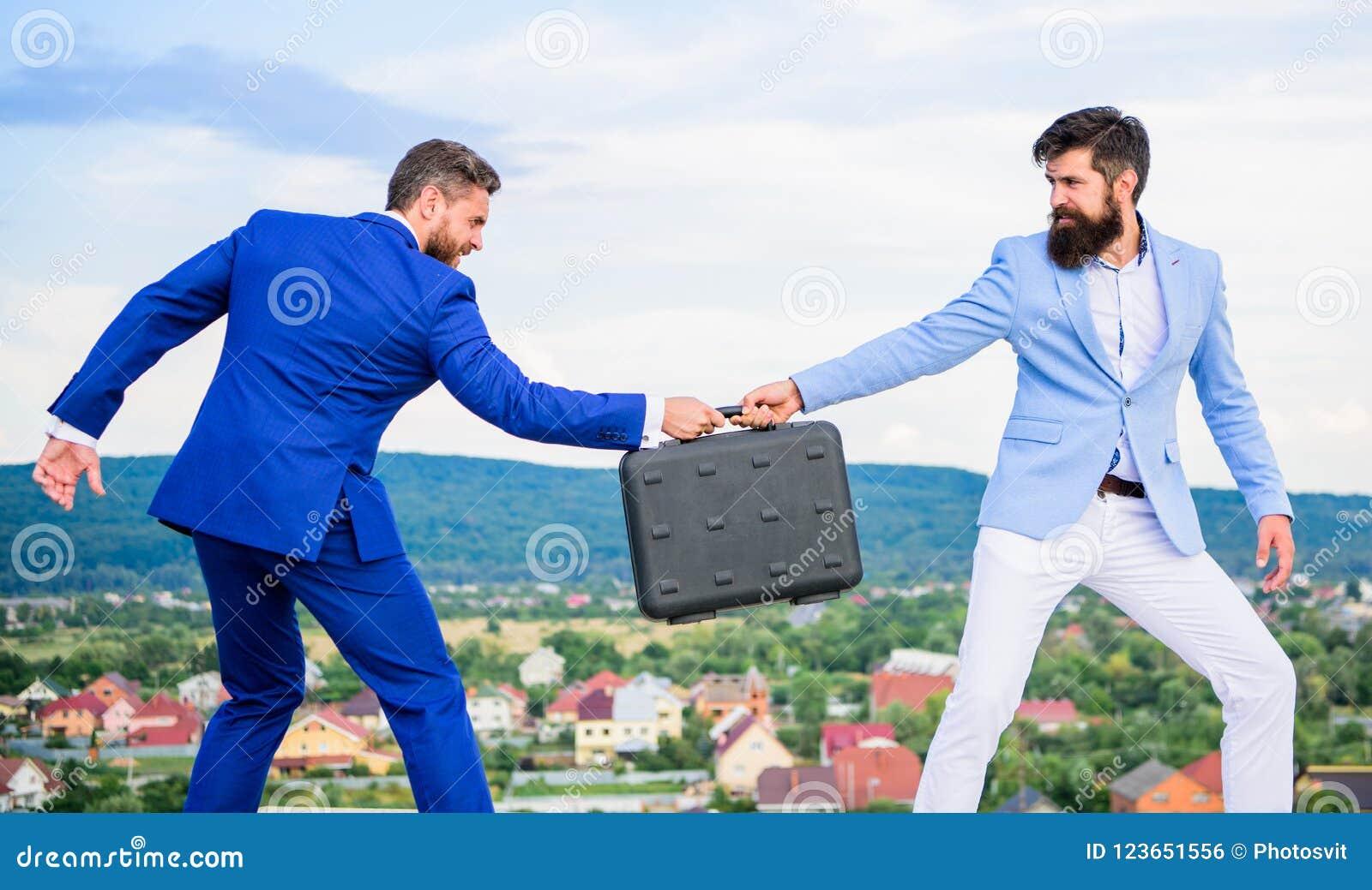 欺骗和强夺概念 捣蛋鬼的勒索致利者勒索者欺诈的移交 人衣服移交公文包 事务