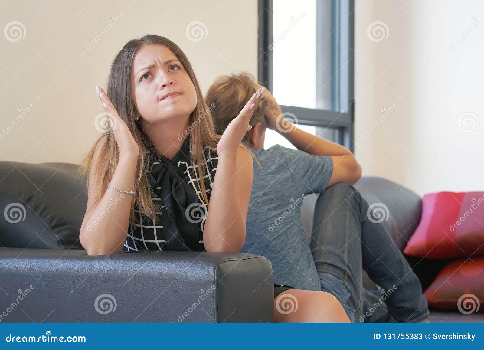 歇斯底里的妇女,尖叫,愤怒,长期联系的结尾,一个醺酒,吸毒上瘾的伙伴