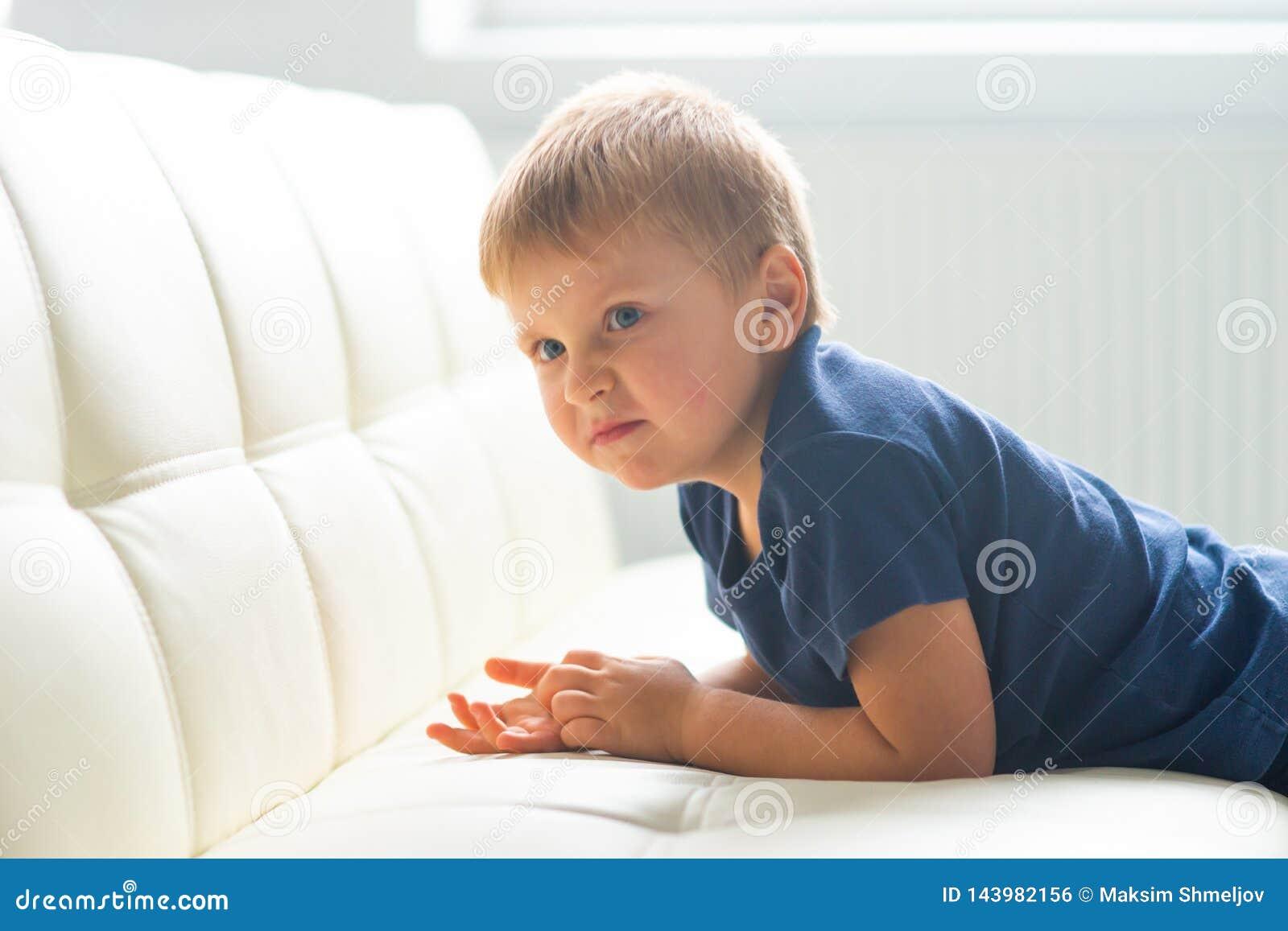 歇斯底里的男孩画象  在家哭泣生气白种人的孩子