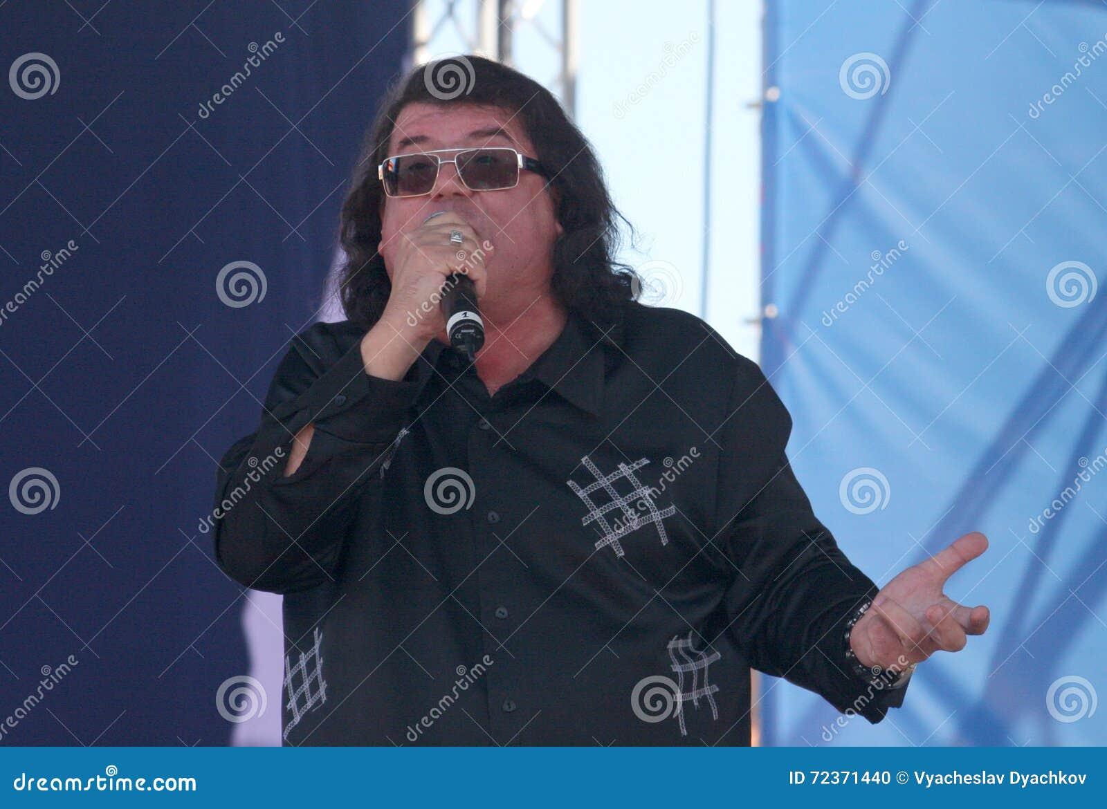 歌手和作曲家伊戈尔Kornelyuk 俄国状态旗子的天