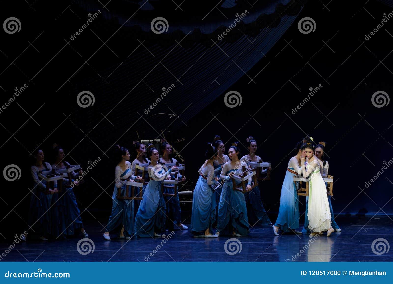 正在寻找母亲帮助是其次被拒绝这的行动:在宫殿史诗舞蹈戏曲`丝绸公主`的一个宴餐
