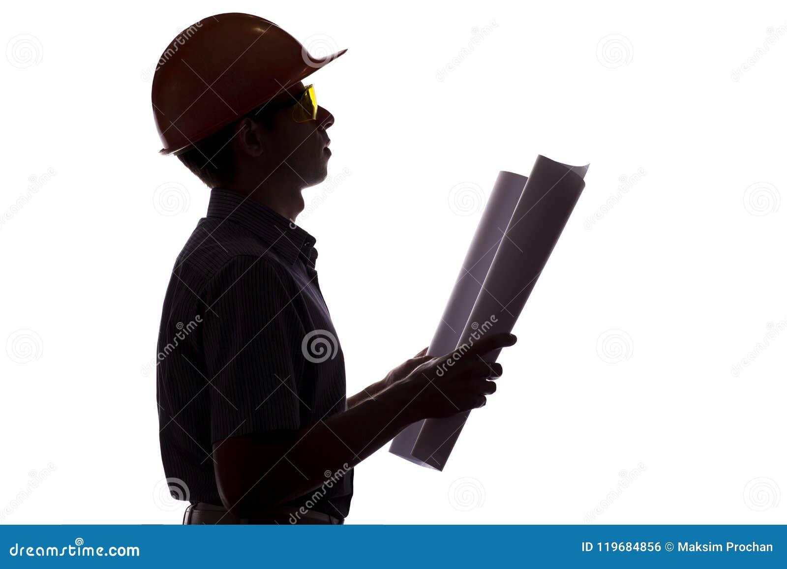 正式衣裳的男性建筑工程师剪影有建筑项目的,人和盔甲控制在白色孤立的工作