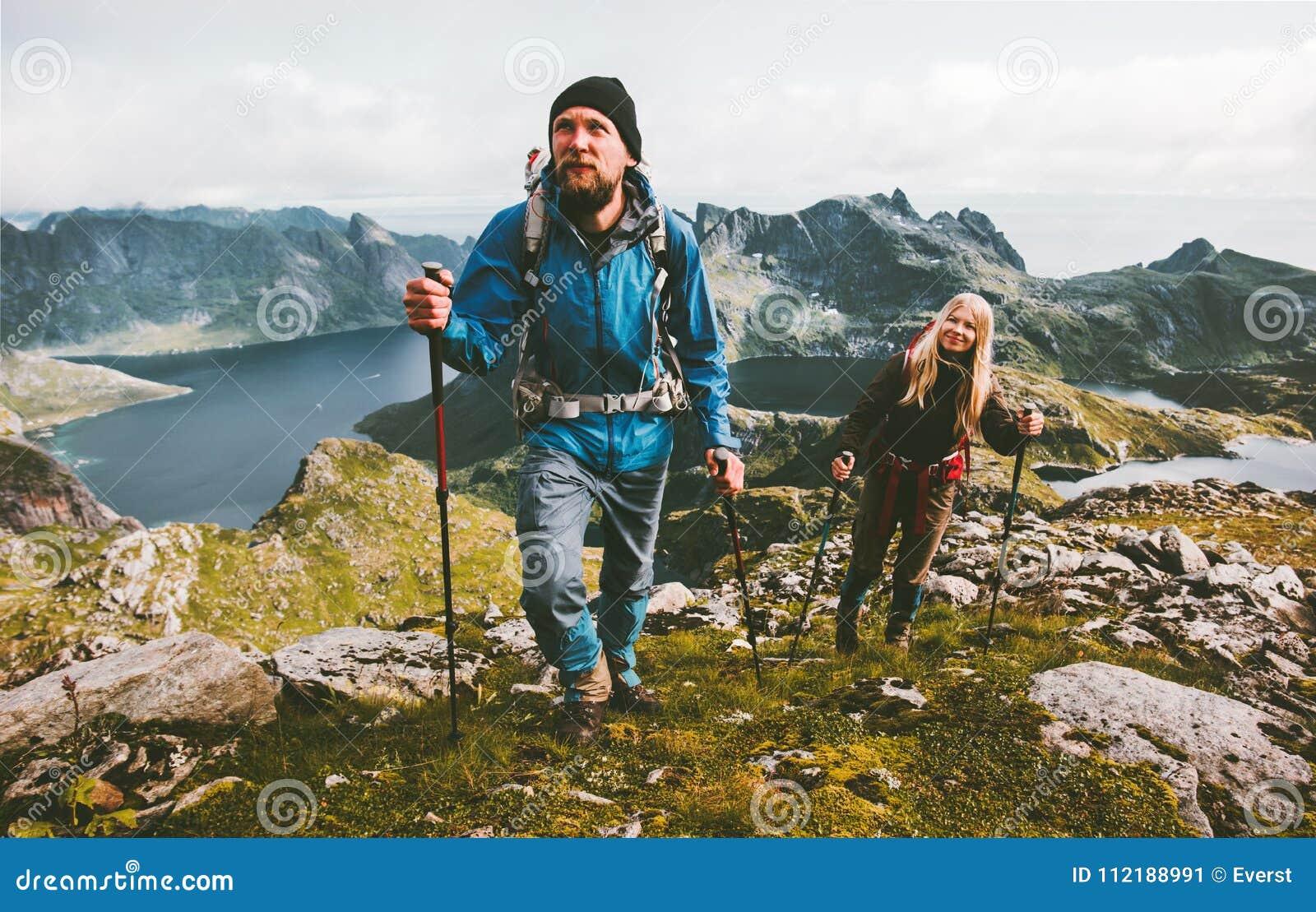 步行在山家庭旅行的夫妇旅客