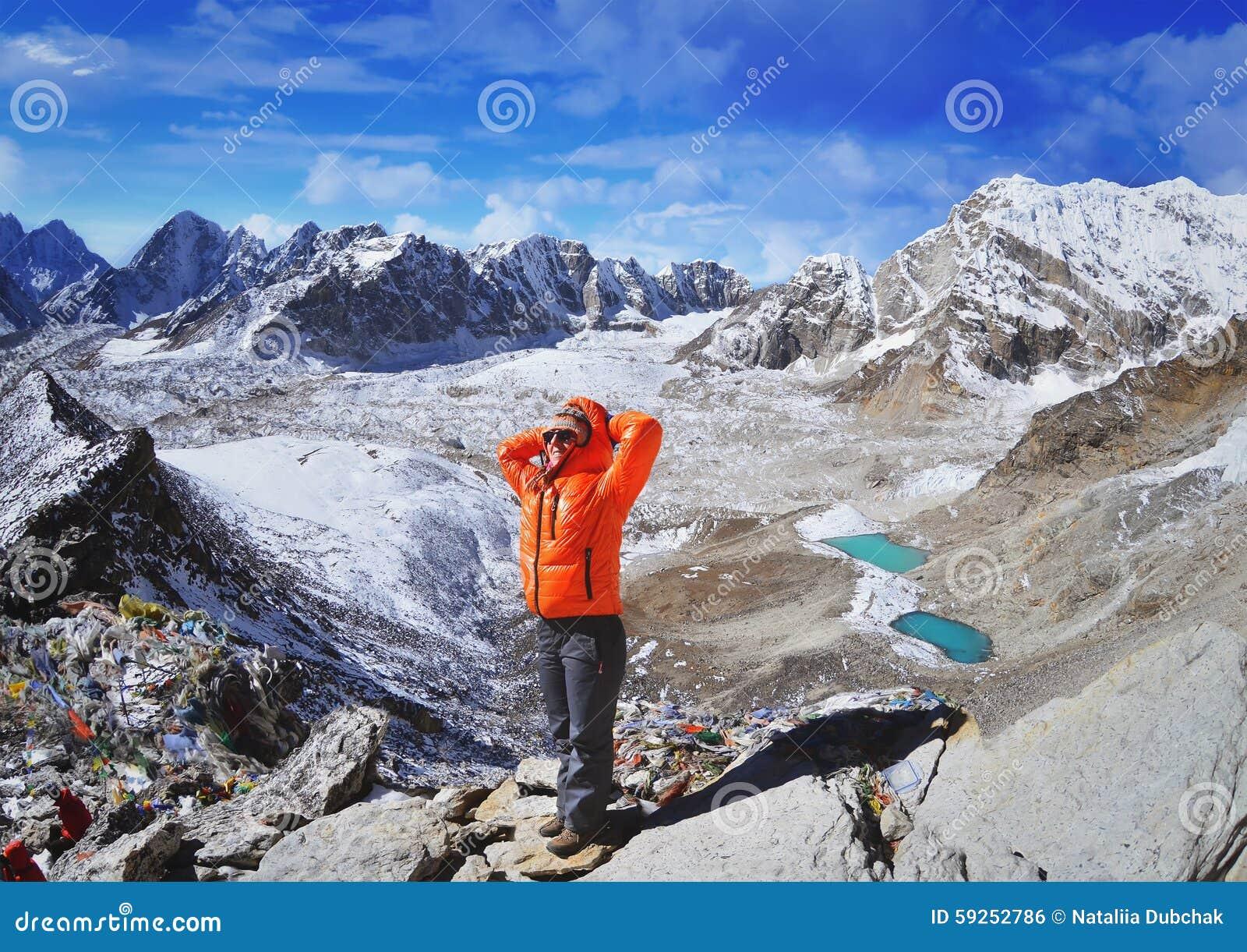 步行在珠峰国家公园的少妇远足者