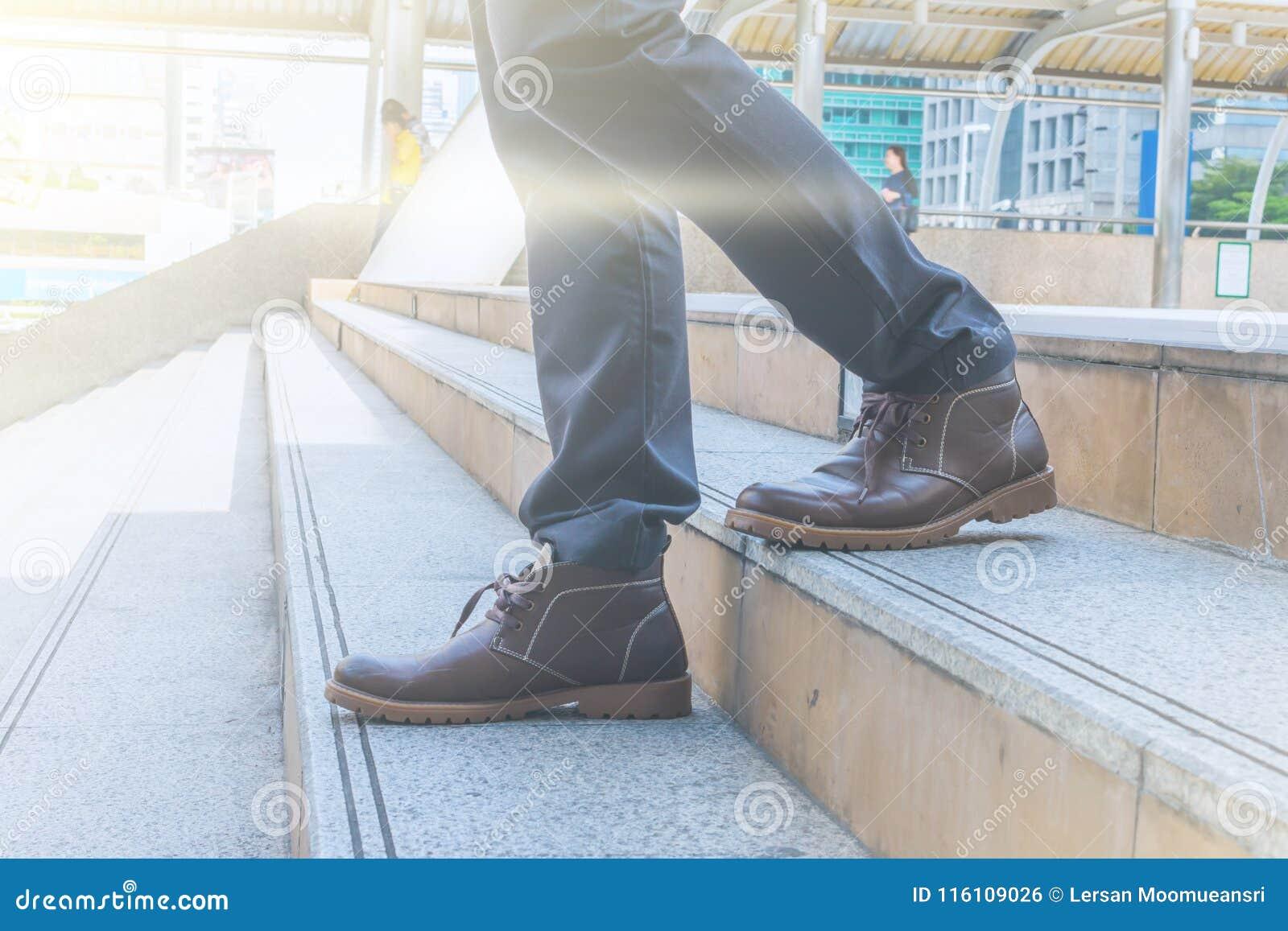 步行沿着向下楼梯的商人去工作