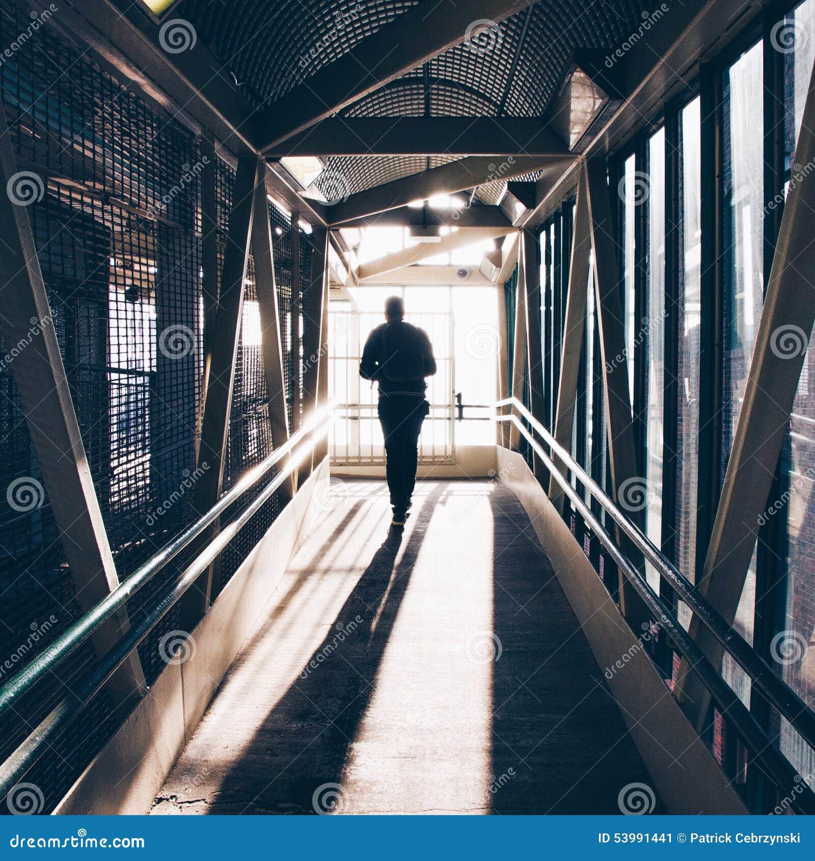 步行沿着向下隧道